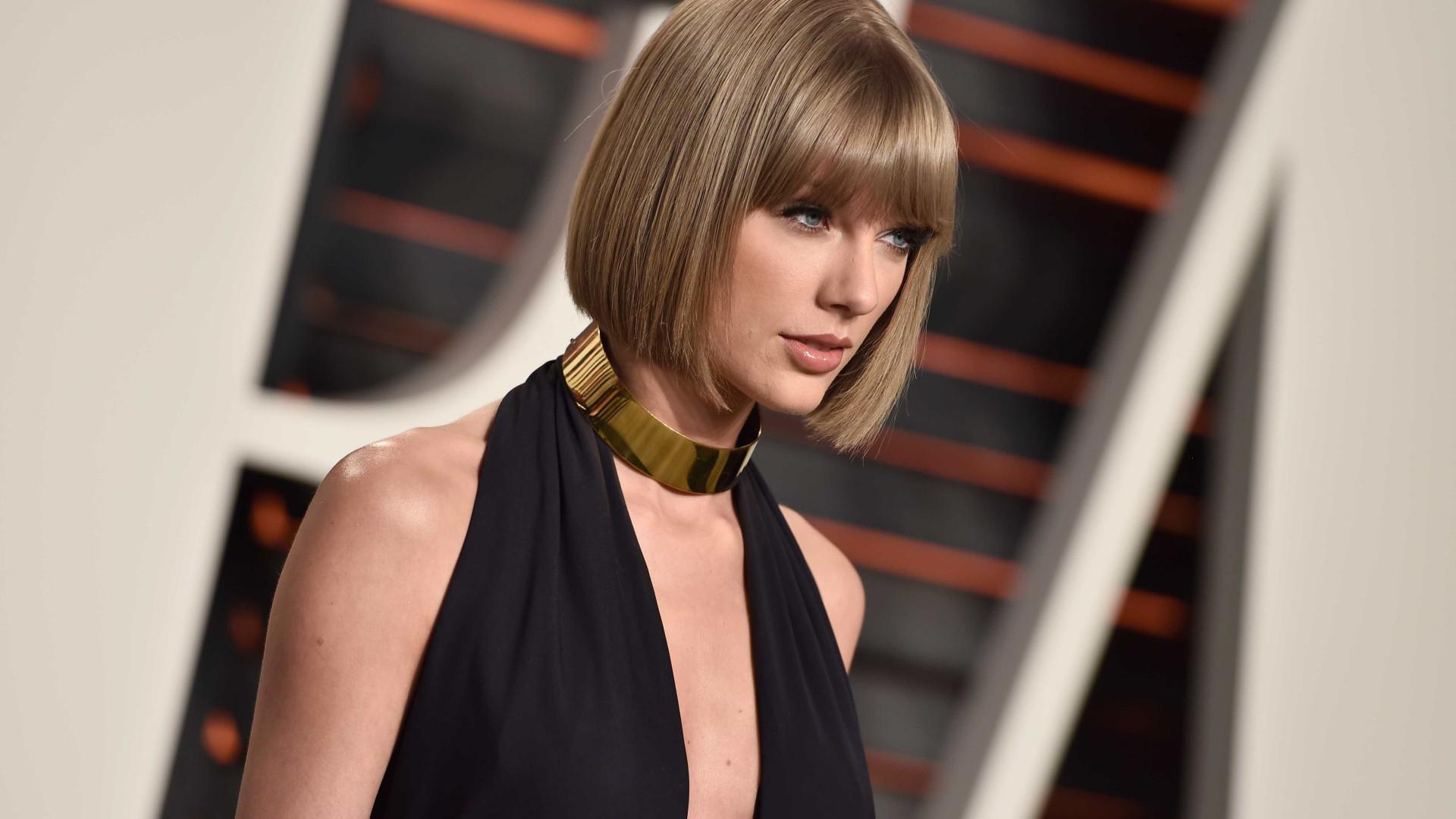 Taylor Swift 'apanhada' com namorado em clima de romance