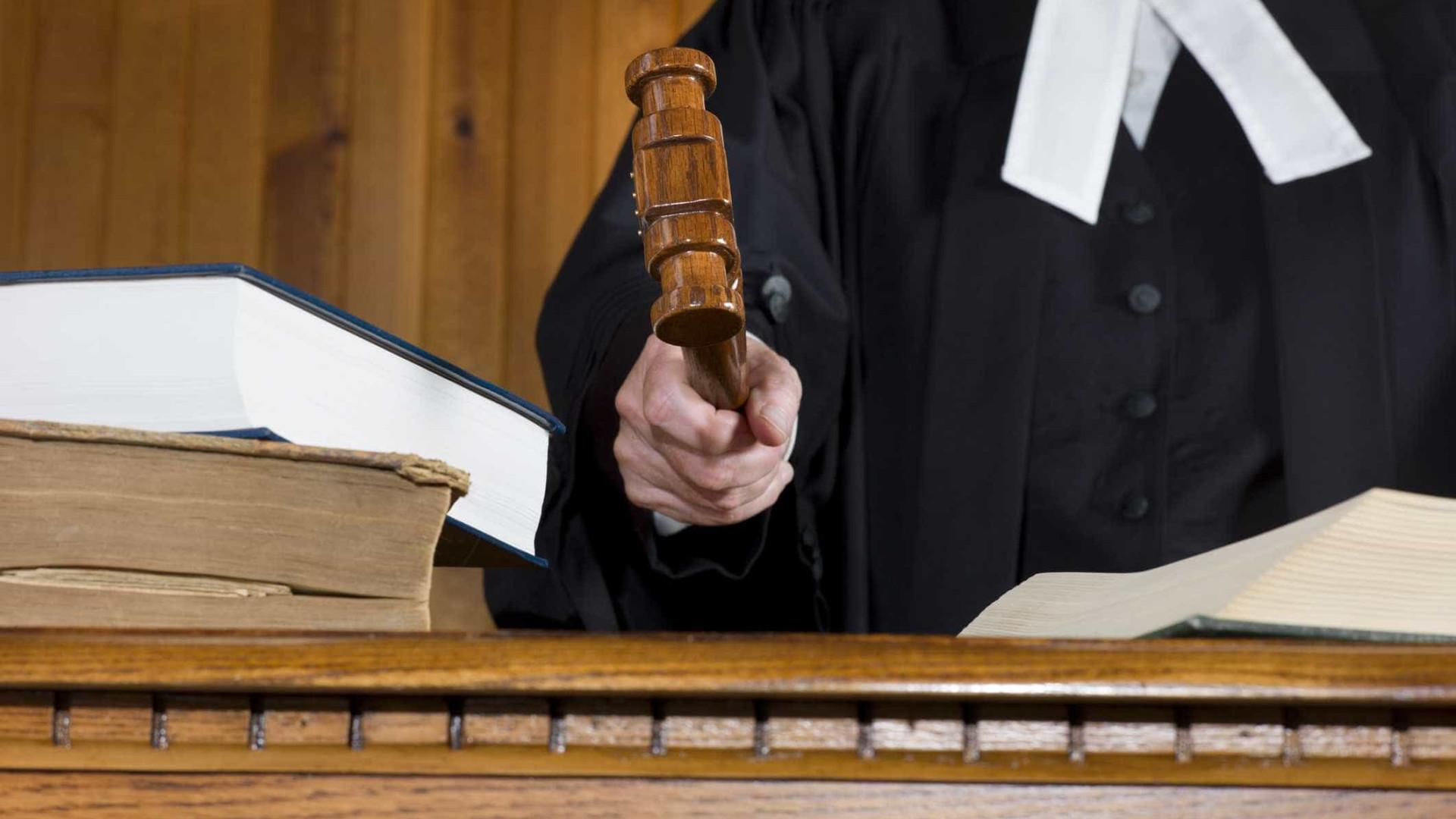Homem que matou pais e irmã condenado a 25 anos de prisão