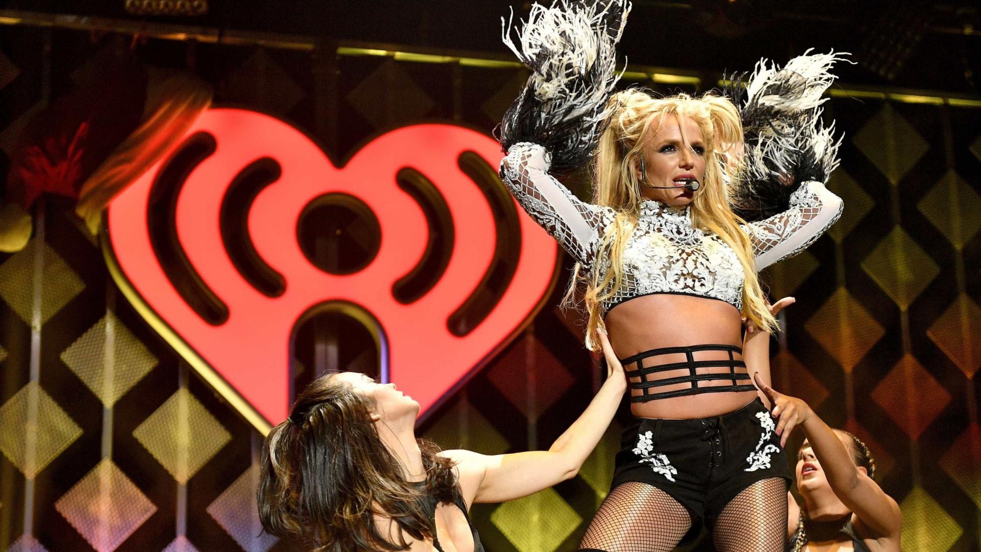 Britney aproveita sol para desfrutar de programa artístico com os filhos