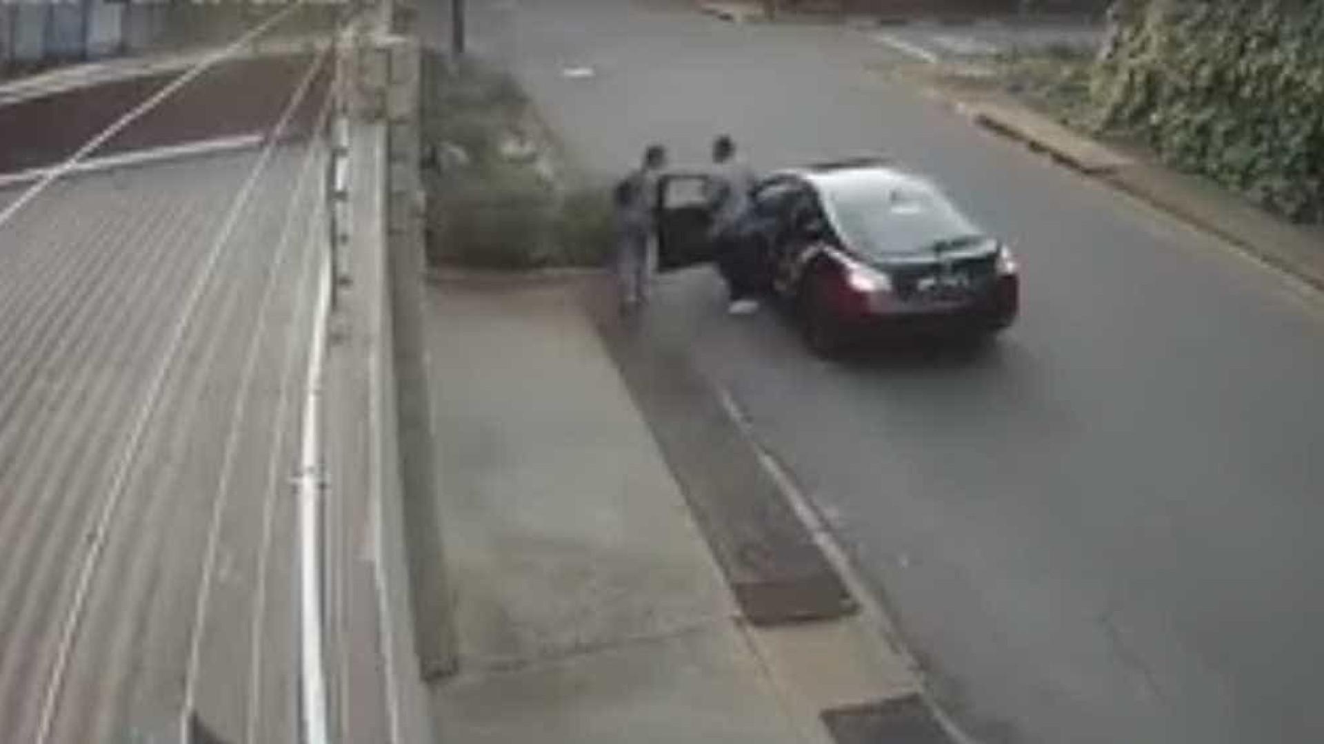 Jovem dá luta a ladrões que lhe roubavam saco com a única cópia da tese