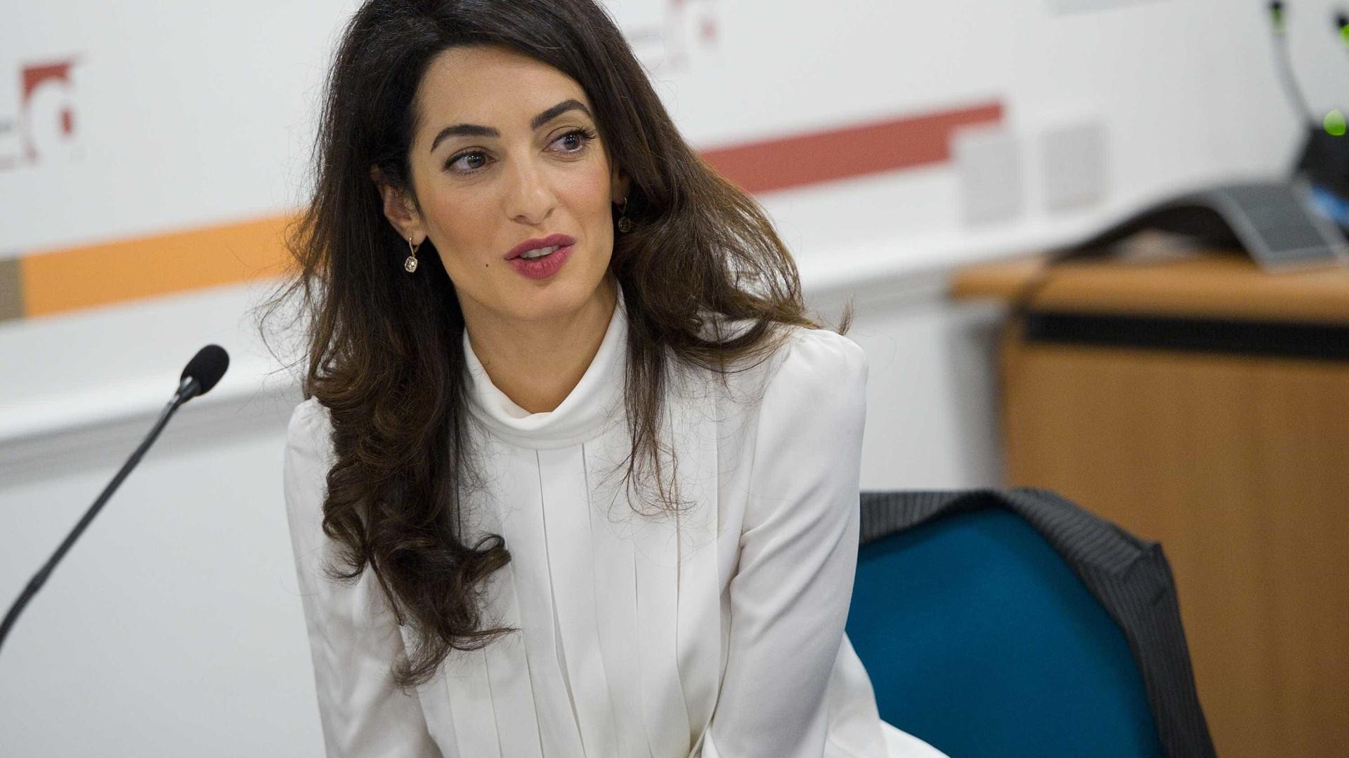 Três meses após nascimento dos gémeos, Amal Clooney regressa ao trabalho