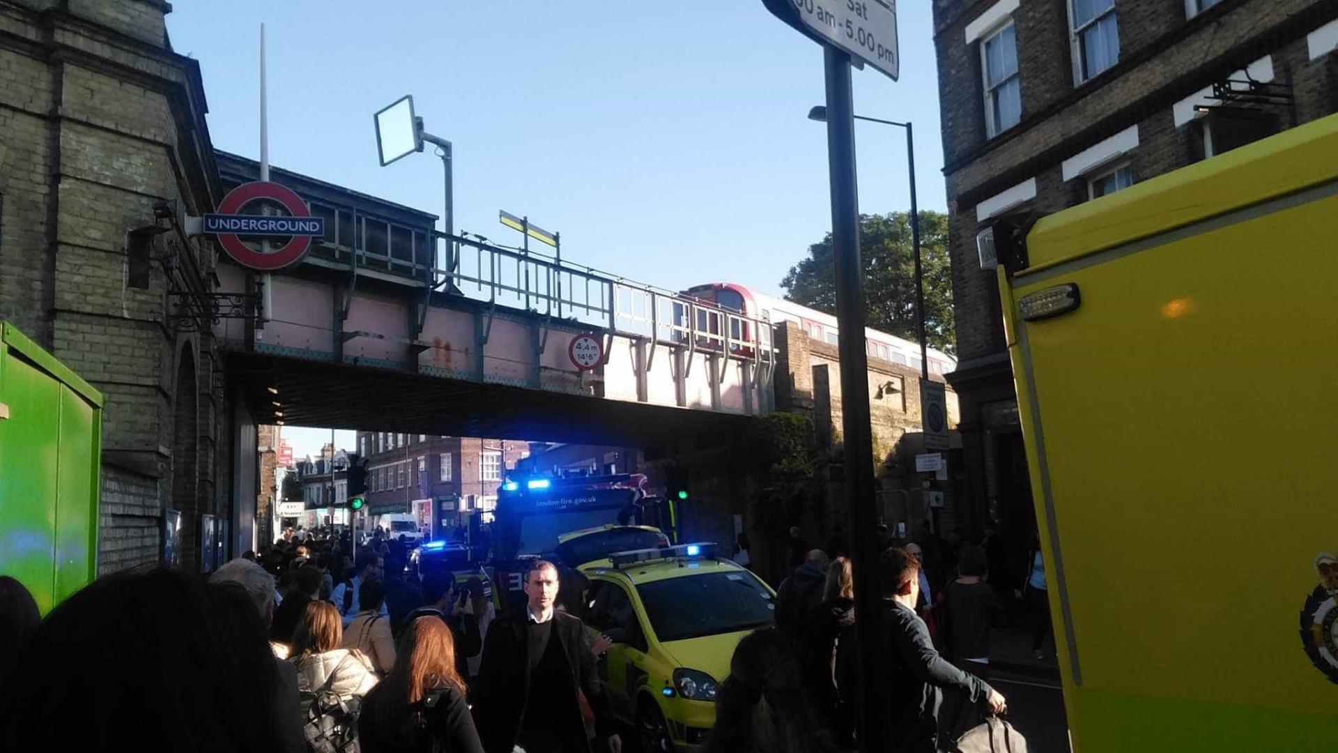 Relatos de explosão no metro de Londres. Autoridades investigam