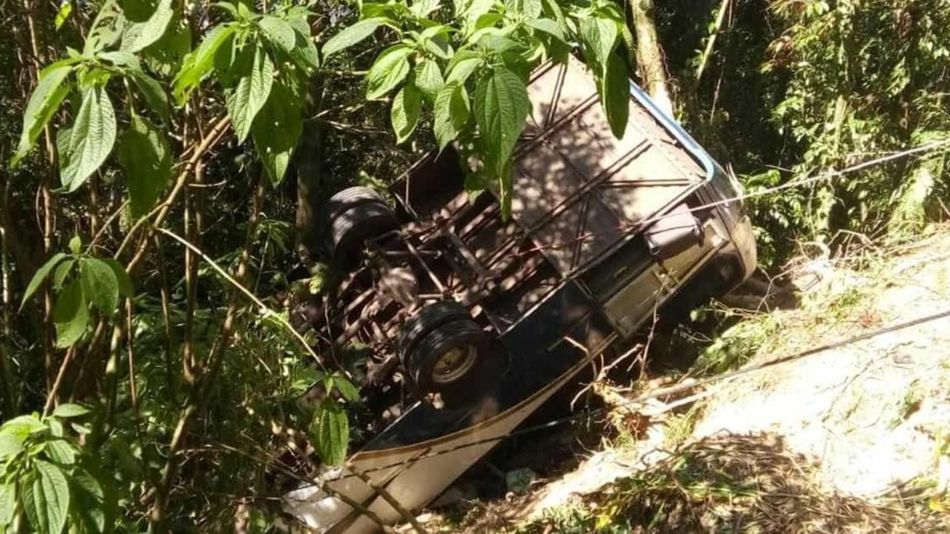 Ônibus com 33 pessoas tomba em ribanceira no litoral
