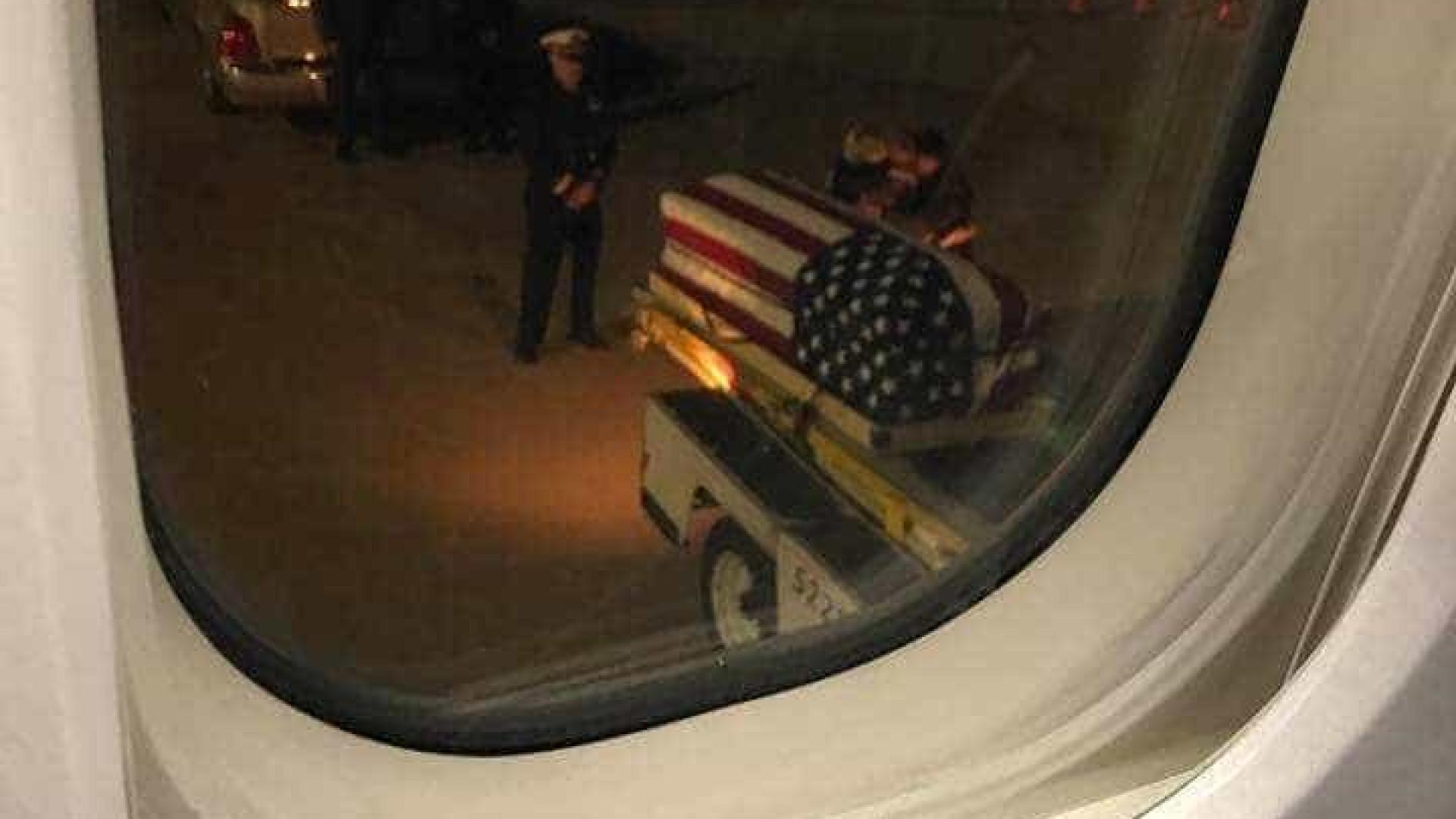 EUA: A imagem do momento em que pai e mãe recebem caixão de soldado