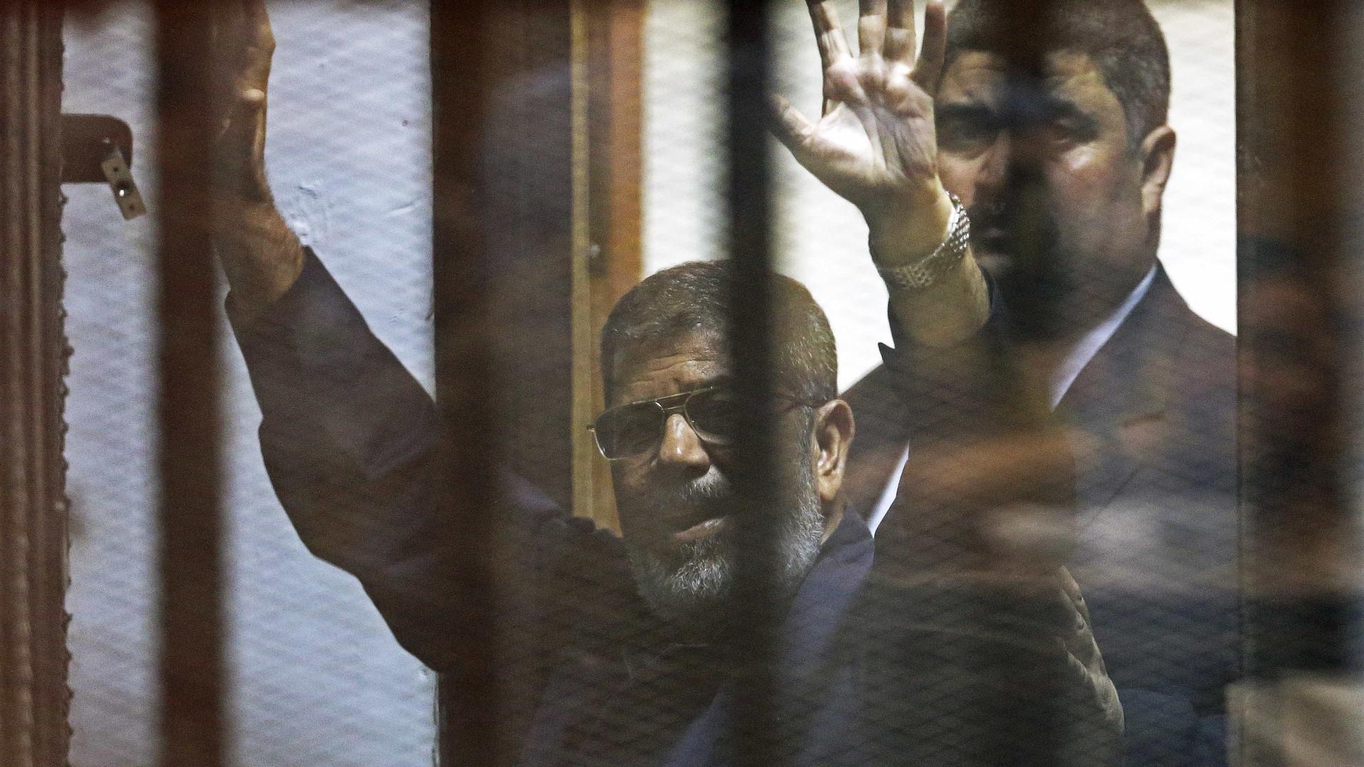 Tribunal confirma prisão perpétua para ex-presidente Mohamed Morsi