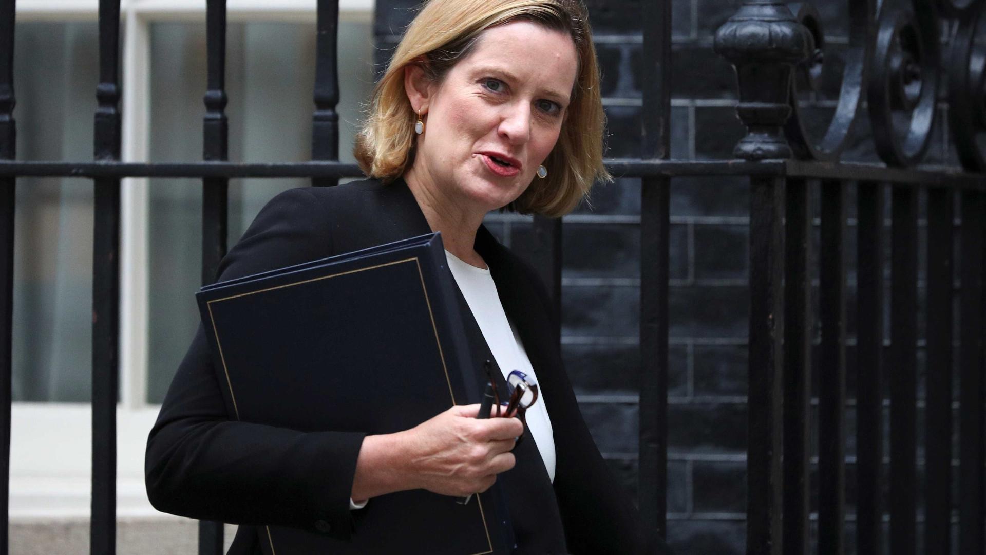 Escândalo imigratório derruba ministra no Reino Unido — Governo May