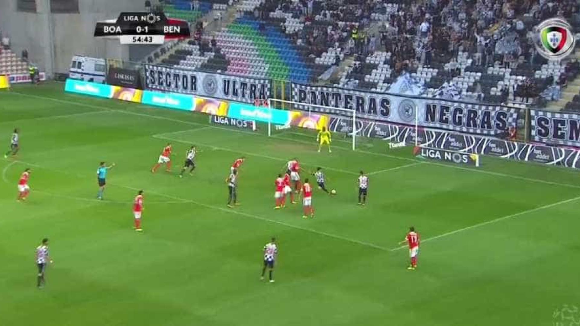 Defesa do Benfica 'meteu água' e Renato Santos não perdoou