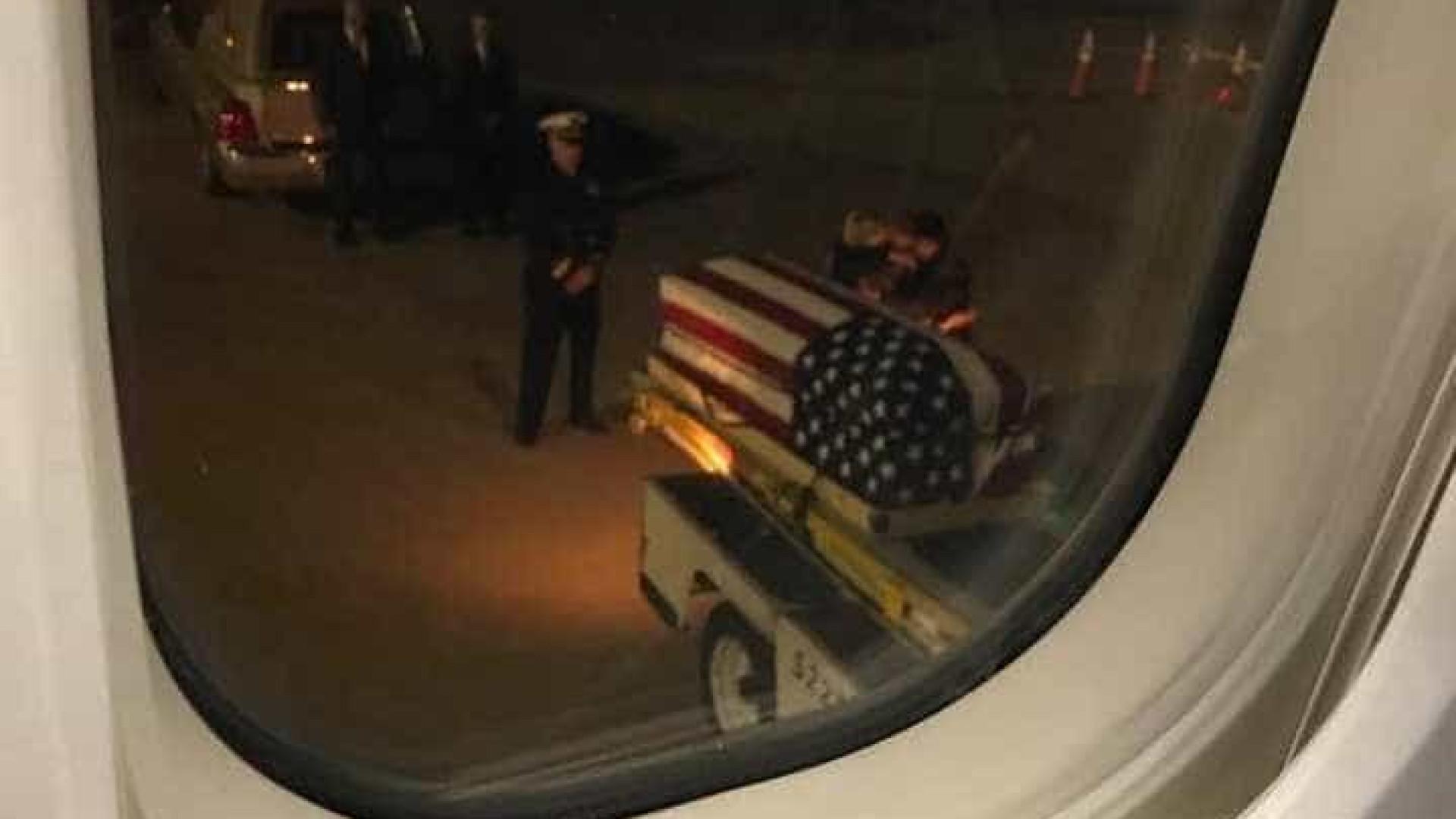 O emocionante momento em que família recebe o caixão de marinheira