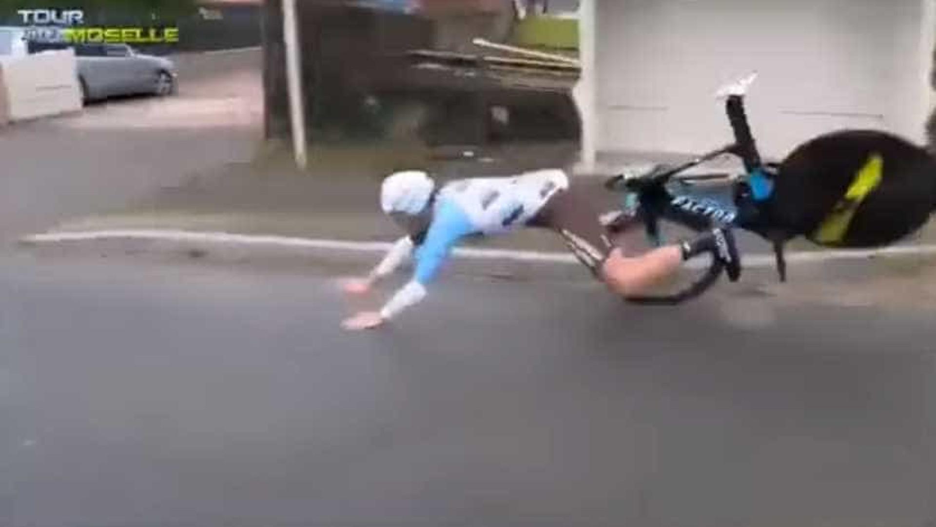 Problema em guiador provoca queda de ciclista francês