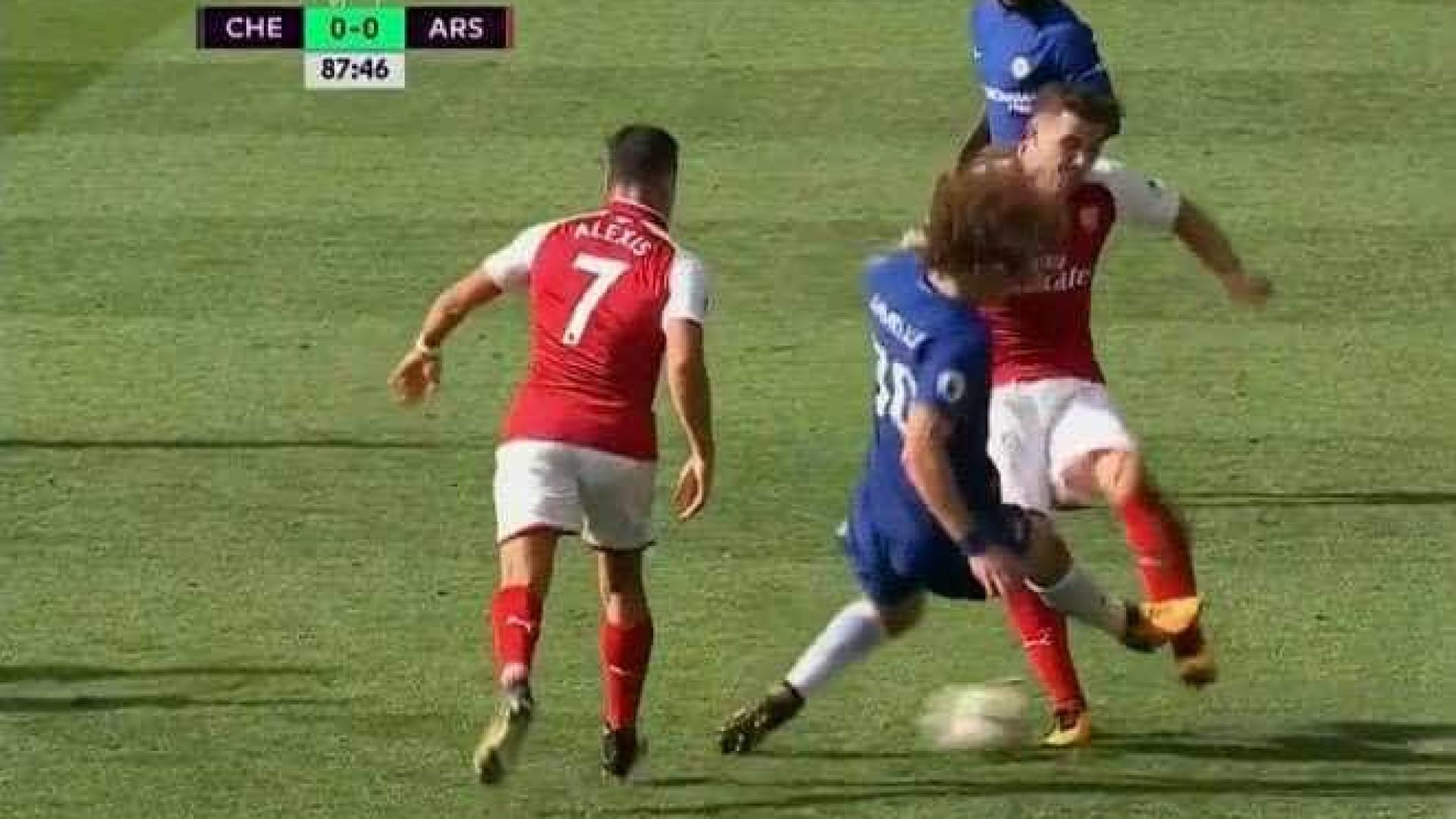 Foi por esta entrada dura que David Luiz foi expulso do Chelsea-Arsenal