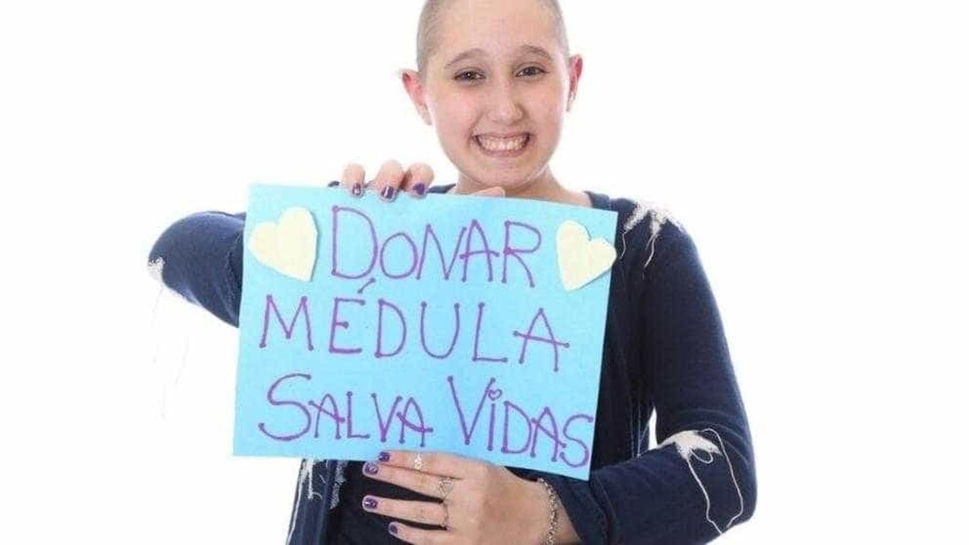 Adolescente que superou leucemia conta história emocionante no YouTube