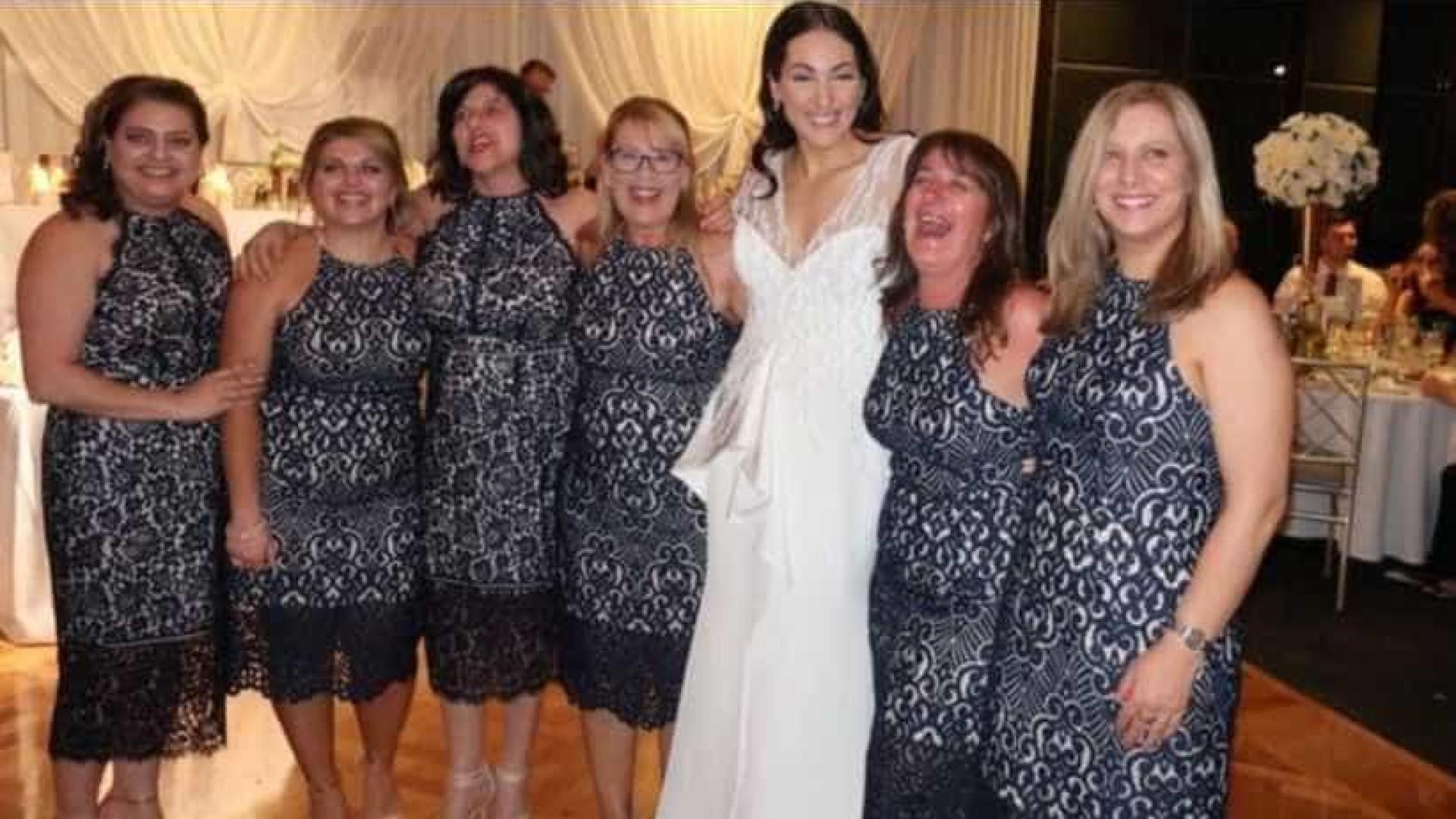 Quando seis mulheres vestem (exatamente) o mesmo vestido num casamento