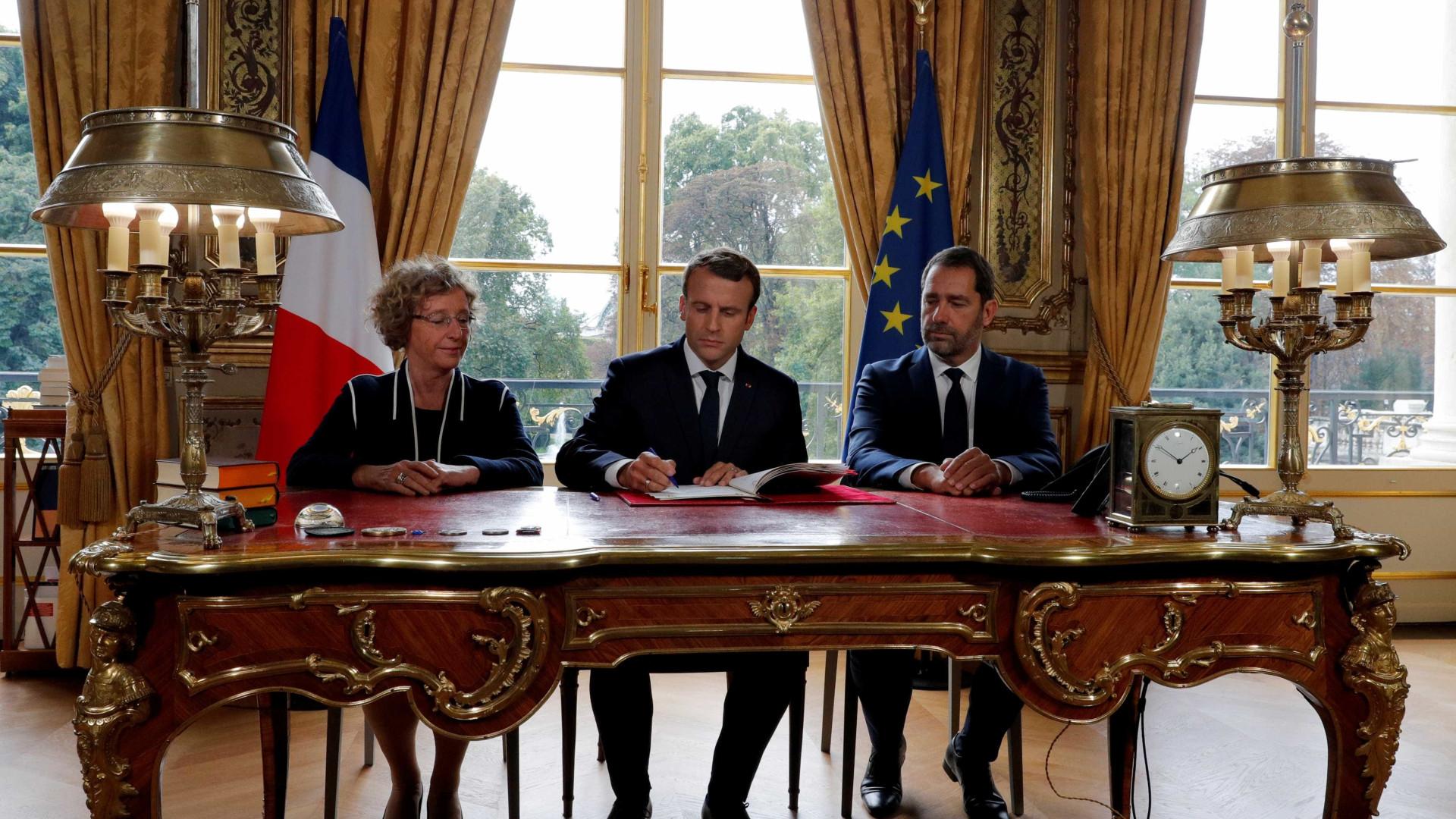 Macron promulga controversa reforma da lei do trabalho em direto na TV