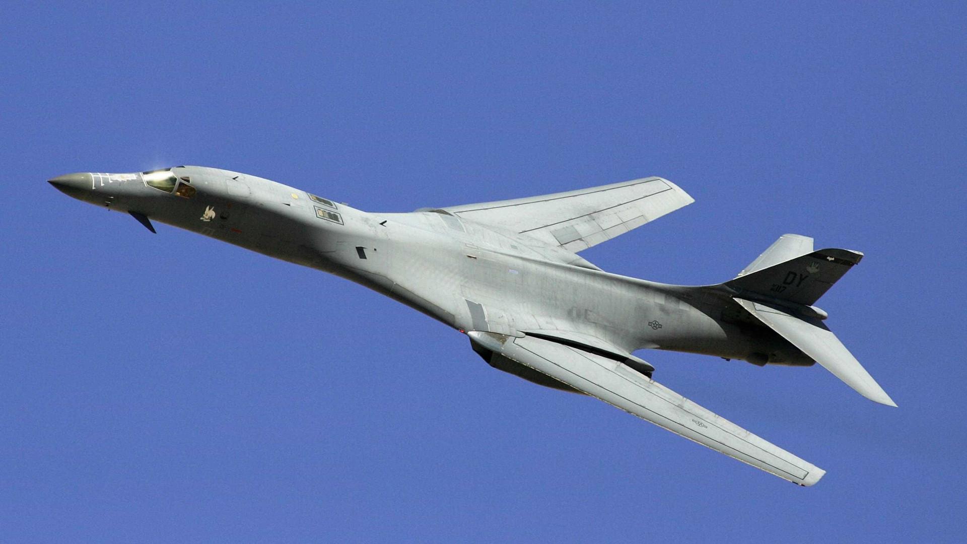 Bombardeiros norte-americanos voam em espaço aéreo internacional