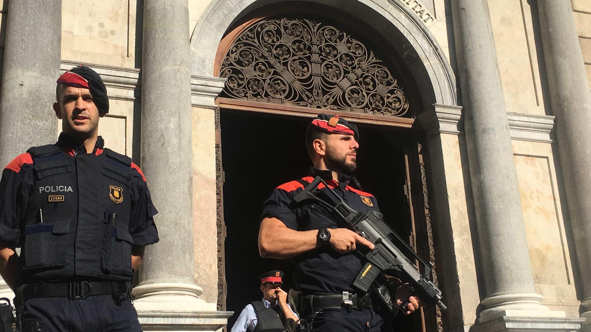Após violência em referendo, prefeita de Barcelona pede renúncia de premiê espanhol