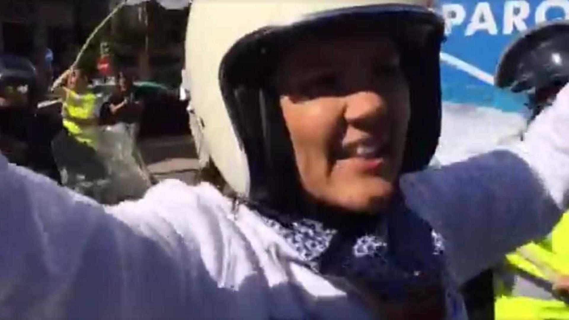 """De capacete e mota, Cristas apela a """"alternativa"""" aos meios de transporte"""