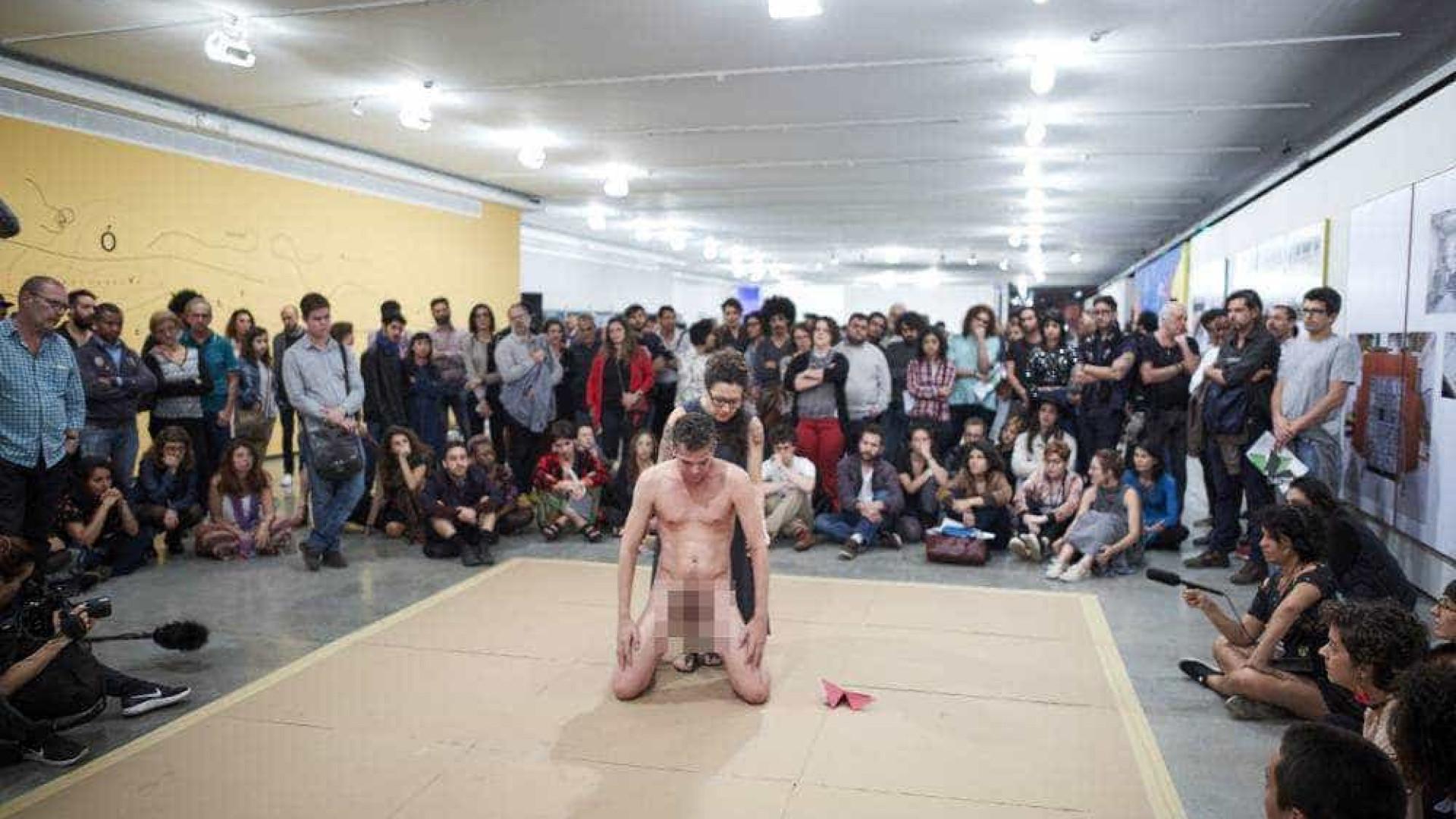 Criança tocando artista nu em Museu de SP causa polêmica na web