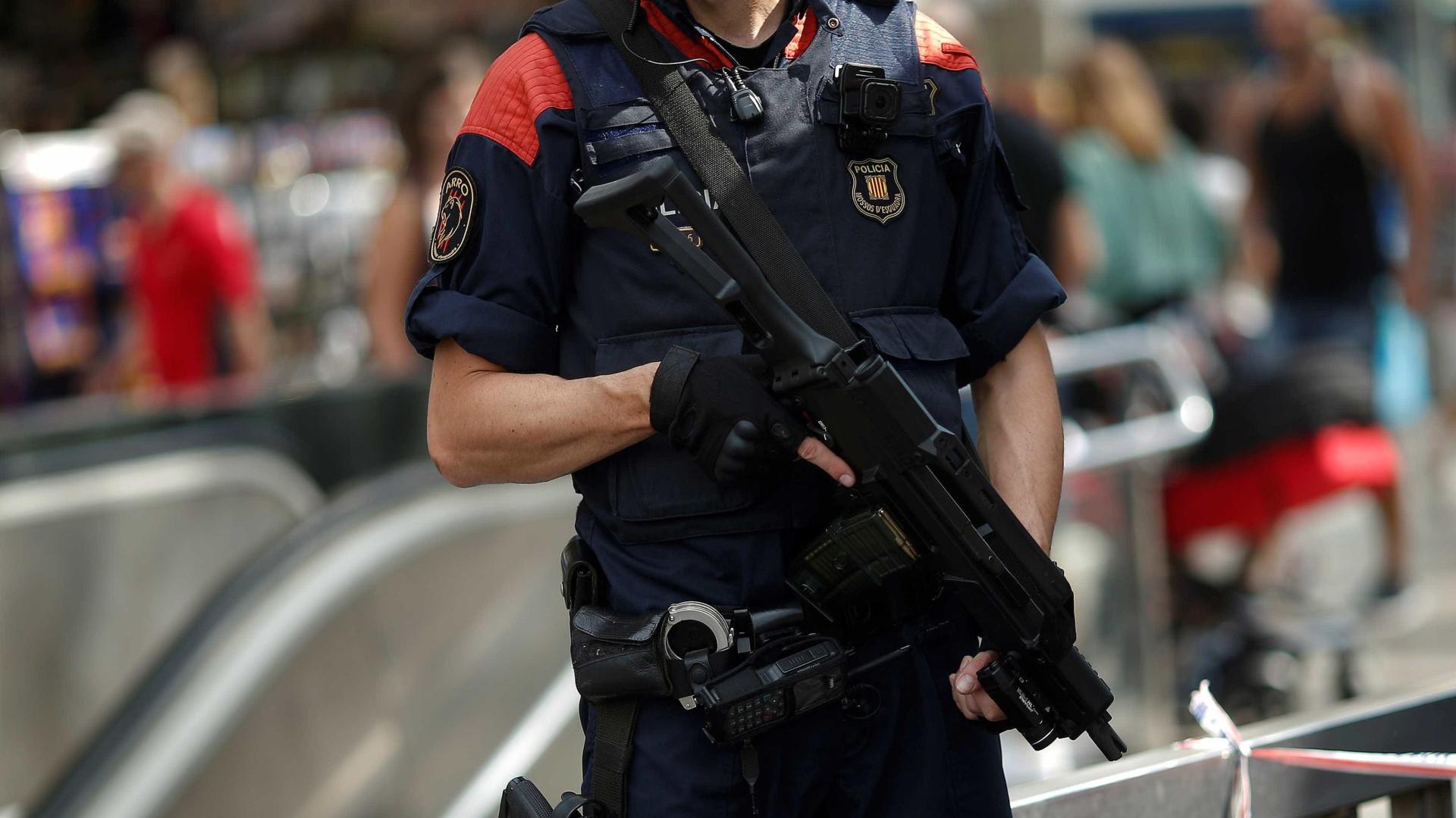 """Polícia espanhola abate homem que invadiu esquadra a dizer """"Allahu Akbar"""""""