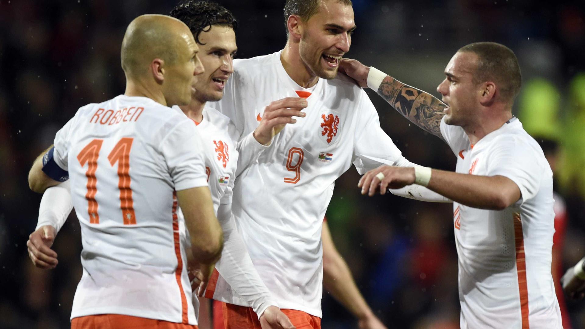 Atenção Sporting: Bas Dost abandona treino da Holanda lesionado