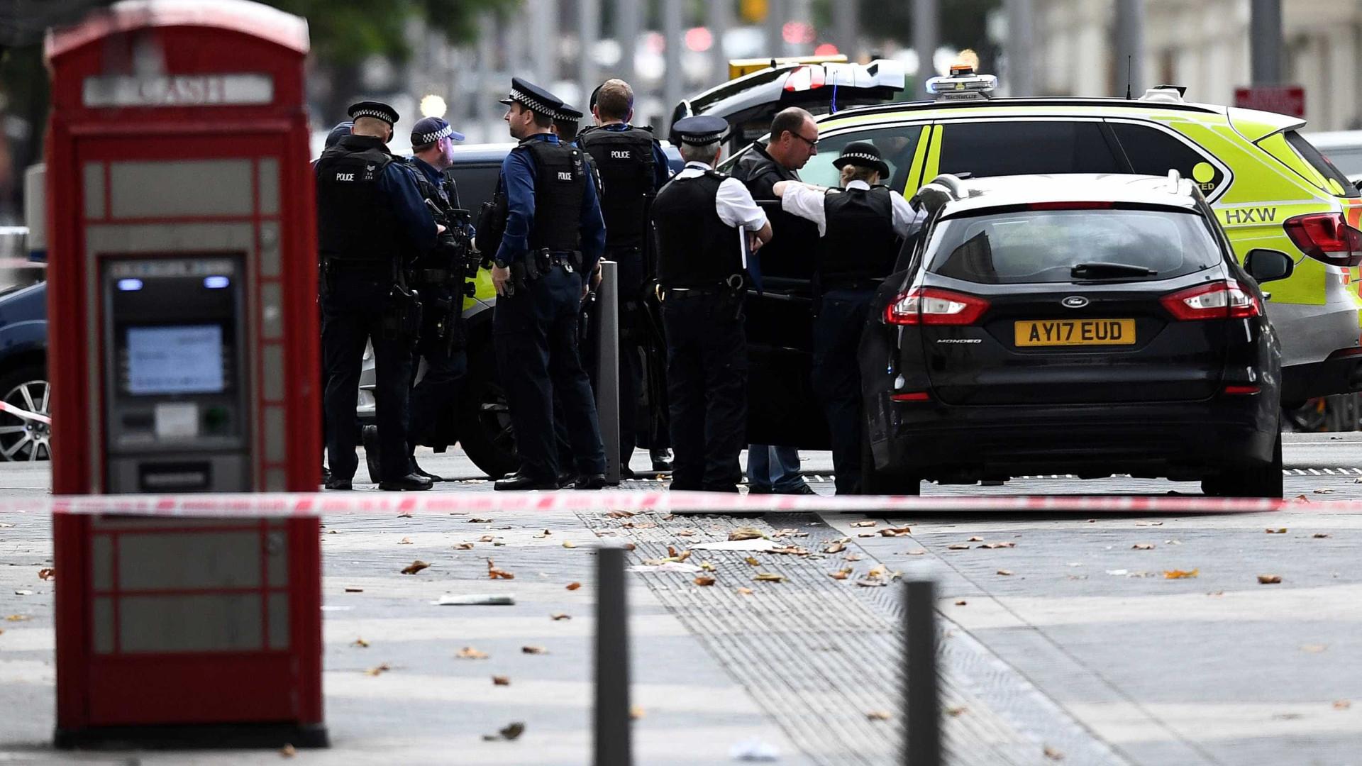 Carro atropela pessoas próximo a museu em Londres