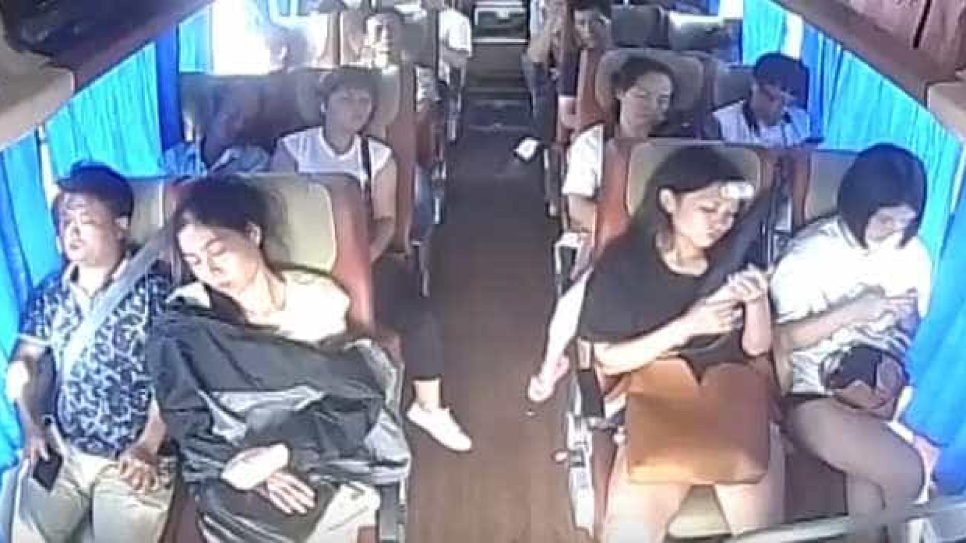 Câmaras filmam aparatoso acidente de autocarro na China