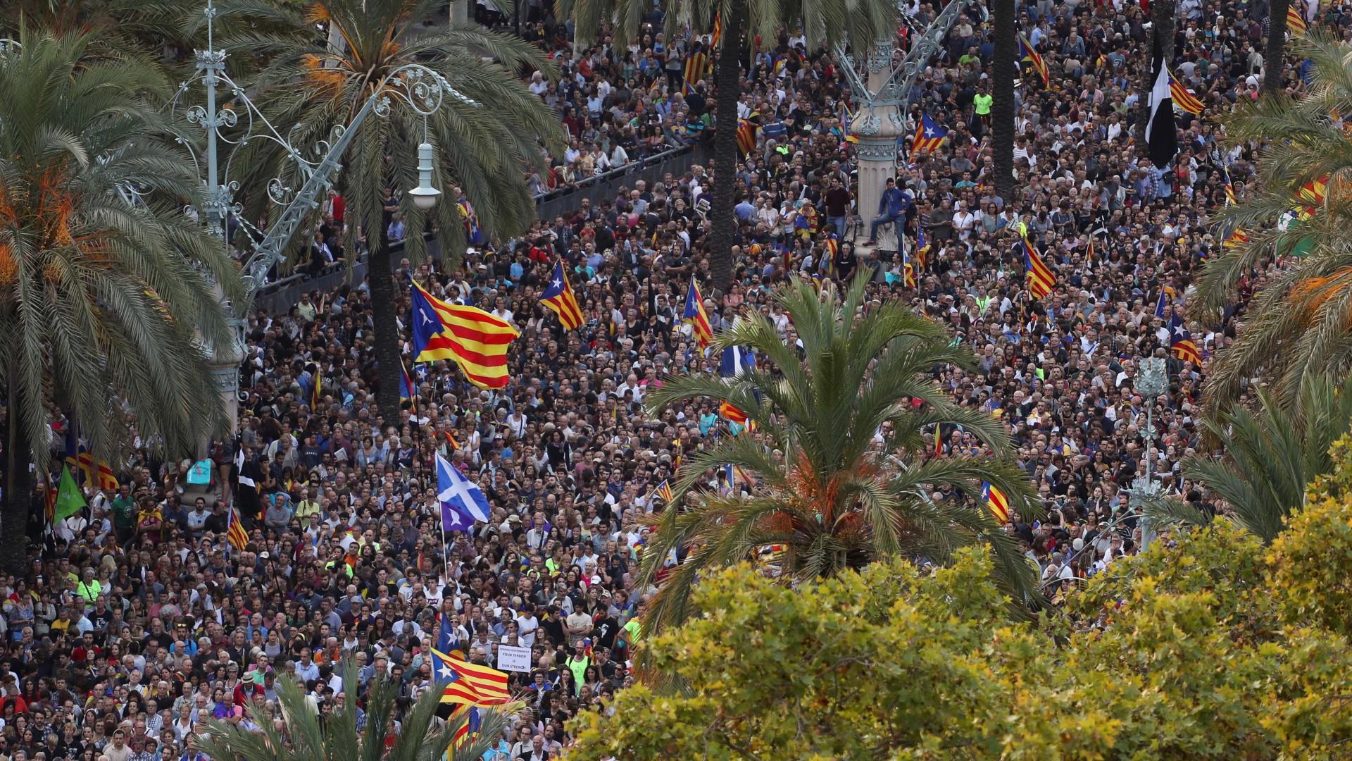 Milhares de independentistas concentrados junto ao parlamento regional