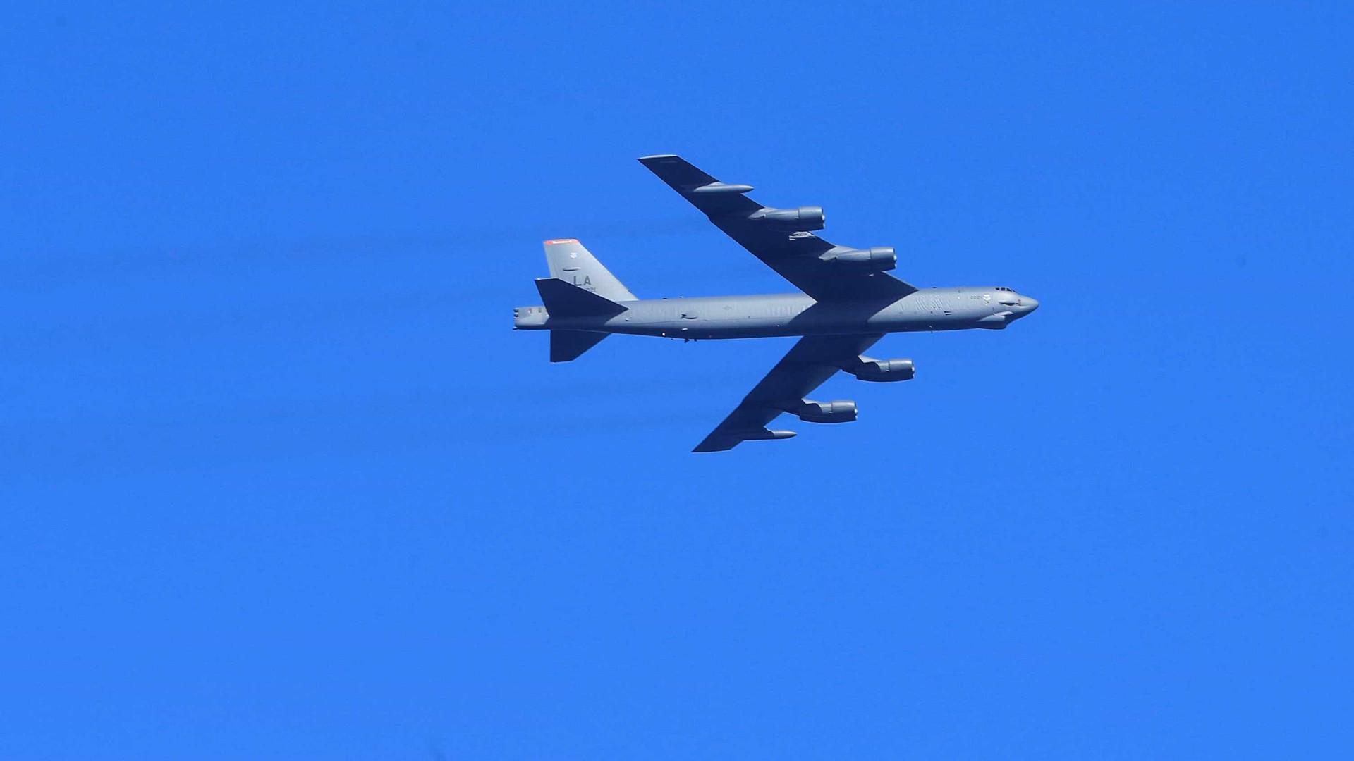 Bombardeiros norte-americanos sobrevoam Coreia do Norte