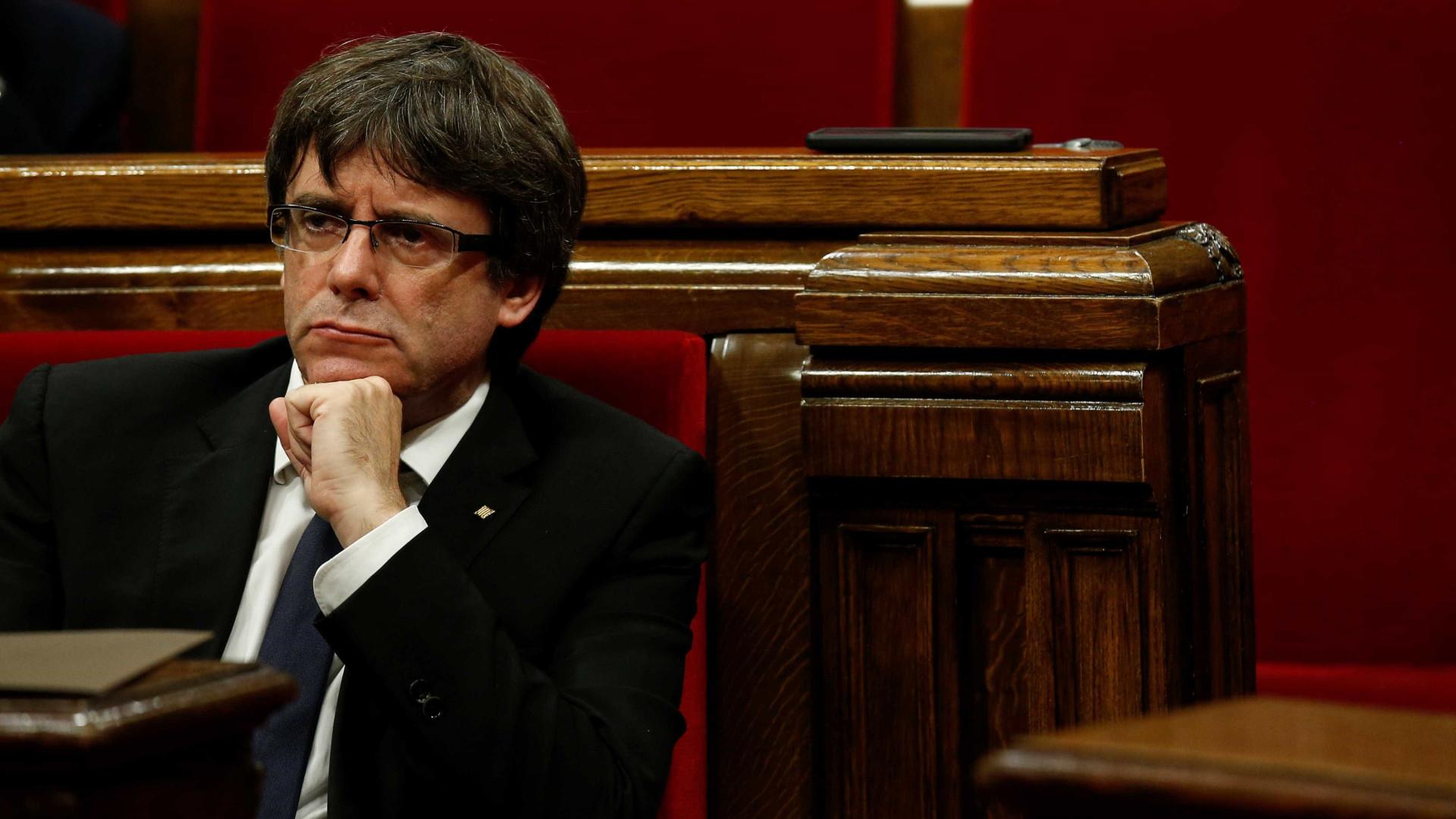 Puigdemont adiou a independência e a internet não perdoou