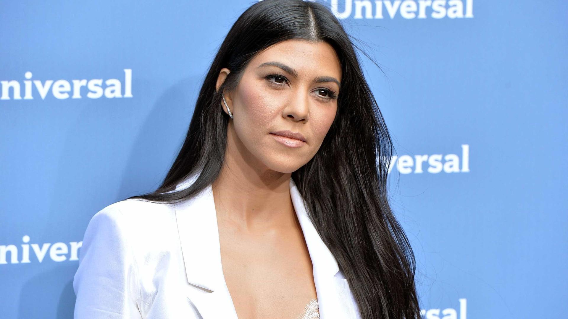 Kourtney Kardashian aventura-se no mundo da maquilhagem