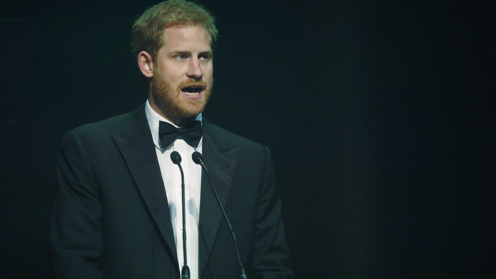 Emocionado, Príncipe Harry fala da mãe Diana e recebe ovação