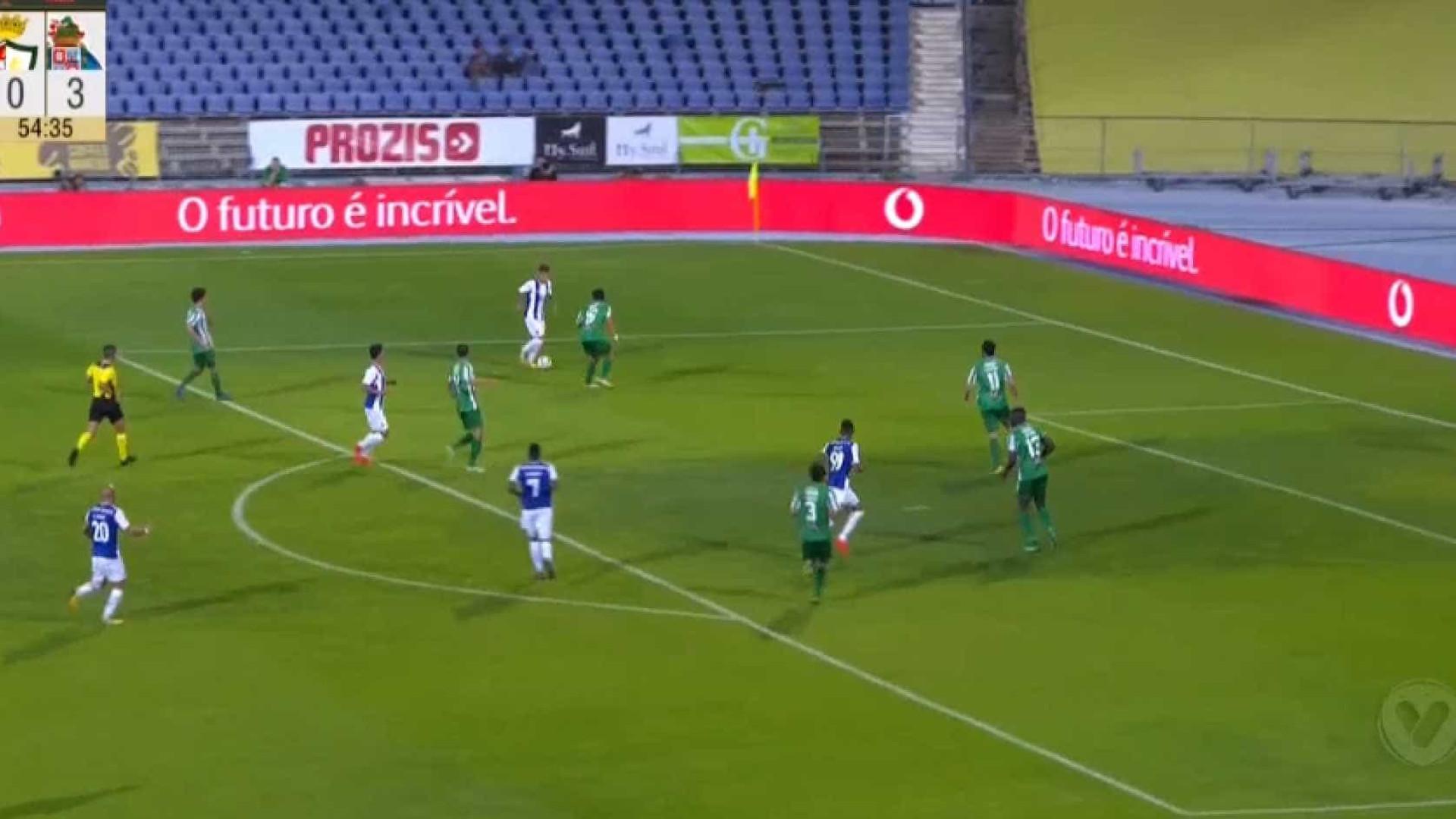 Otávio bailou para o quarto golo do Lusitano-FC Porto