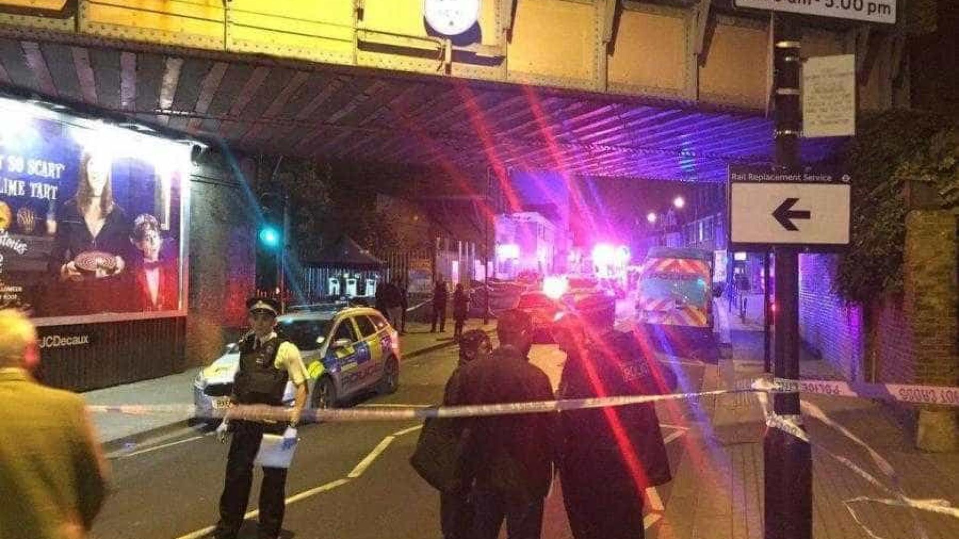 Um morto e dois feridos em esfaqueamento no metro de Londres