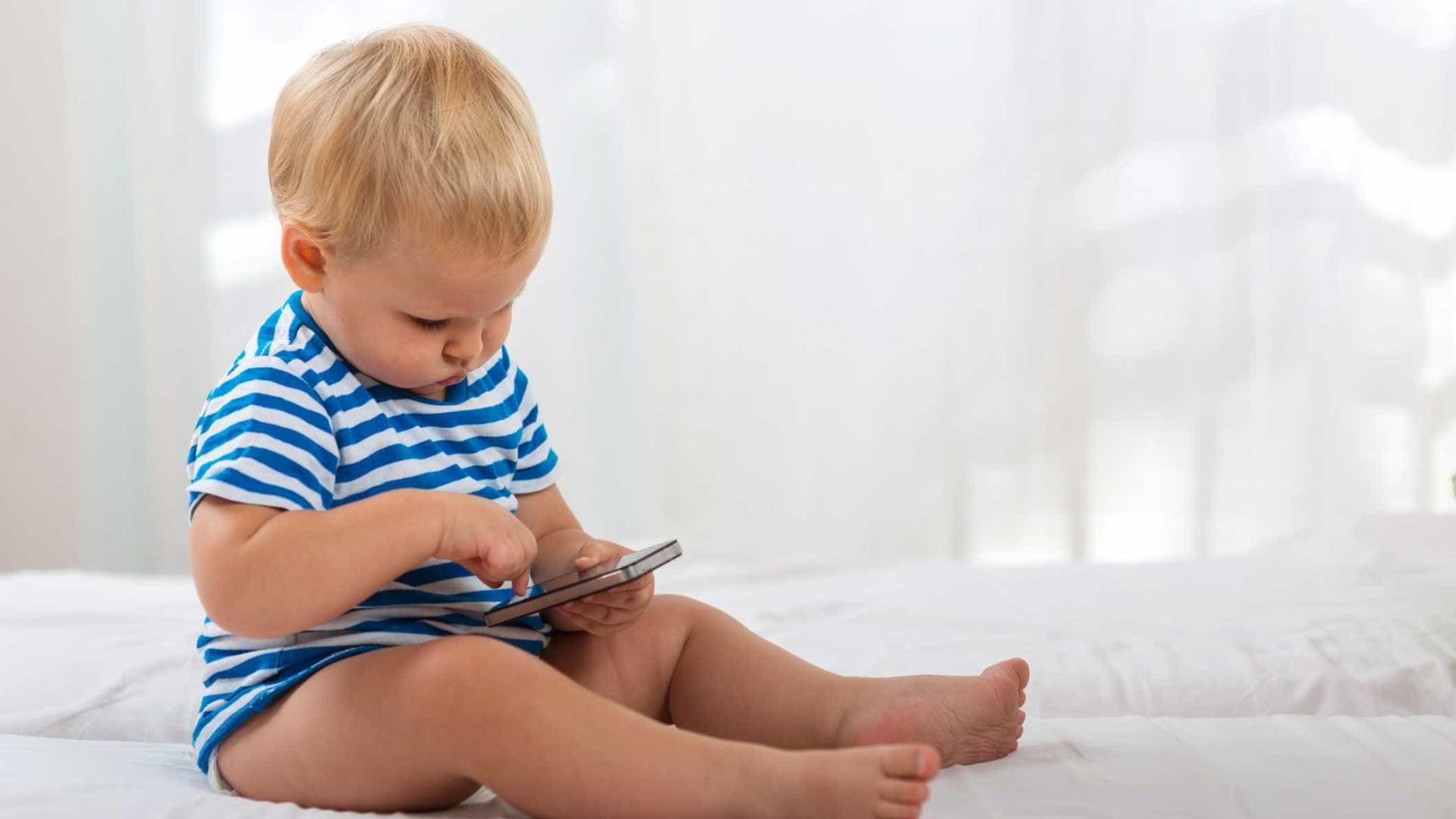 Deixou bebé a brincar com telemóvel, tomou banho em direto na internet