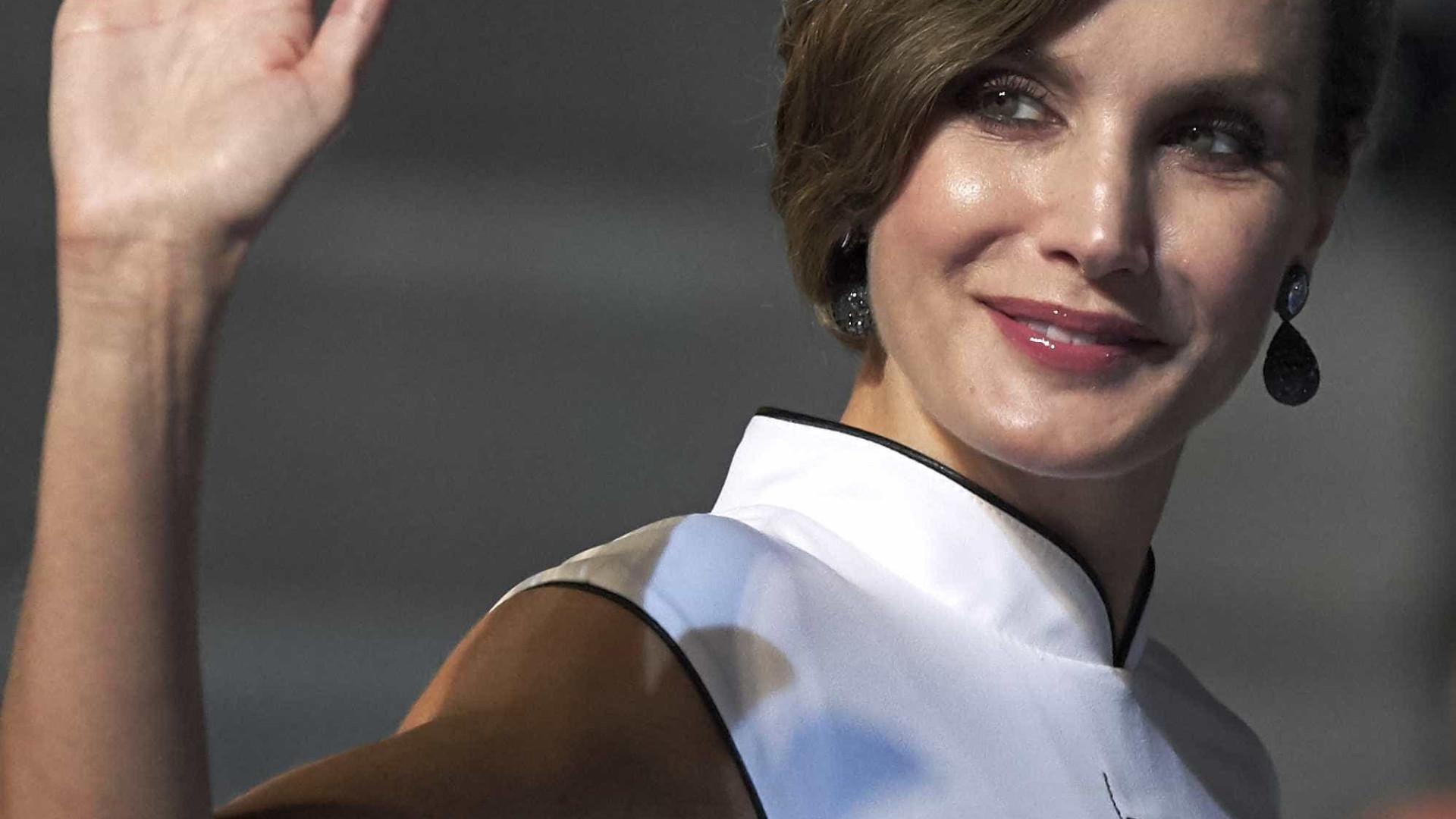 Letizia brilha em evento com vestido branco de inspiração oriental