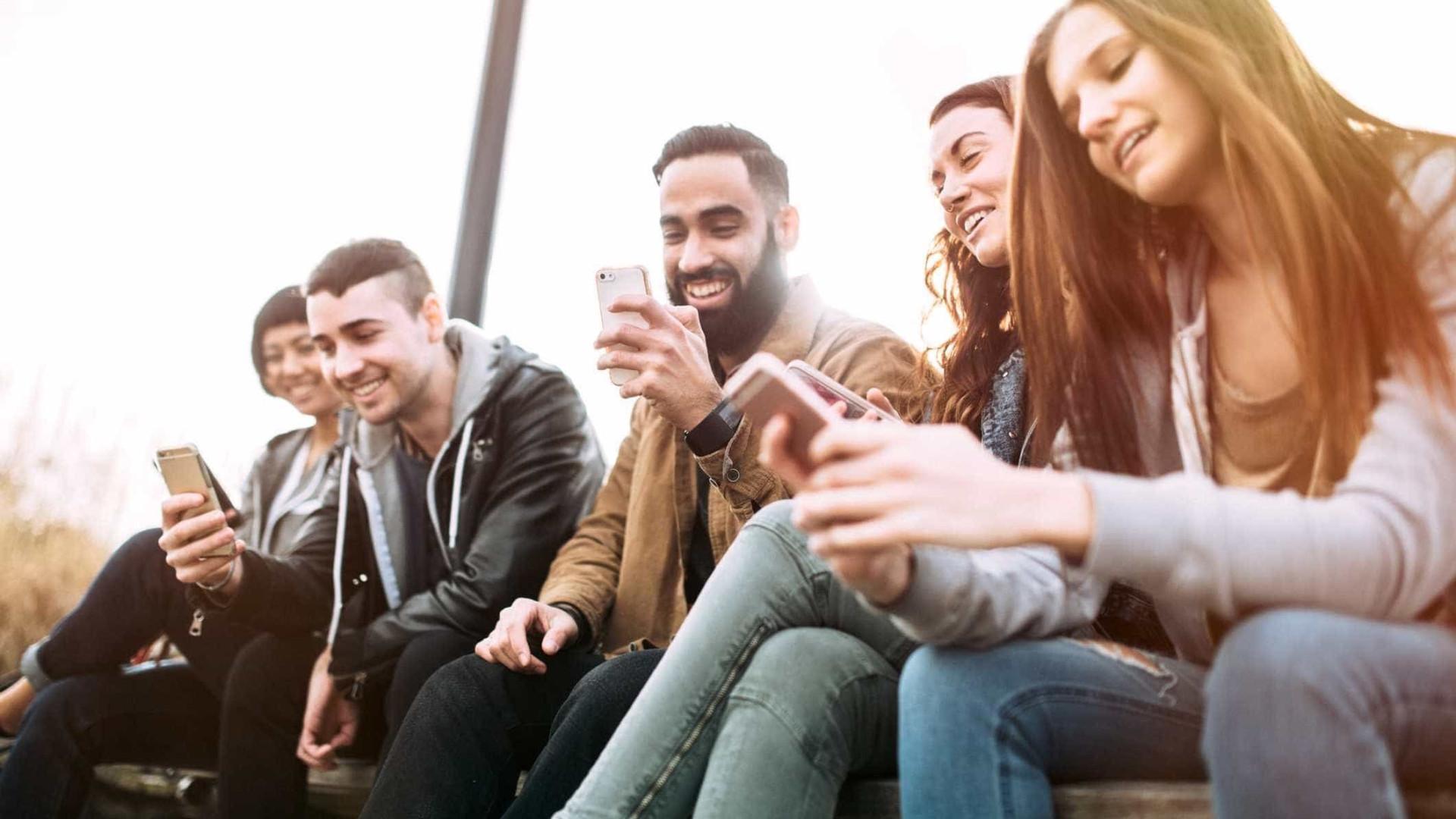 Motorola 'pinta' retrato negro da nossa relação com smartphones