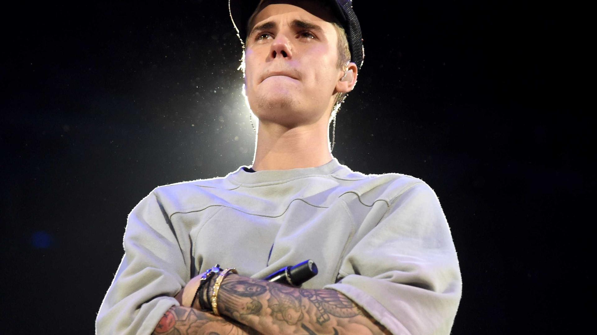 Justin Bieber faz árvore de natal em tronco nu e as fãs deliram