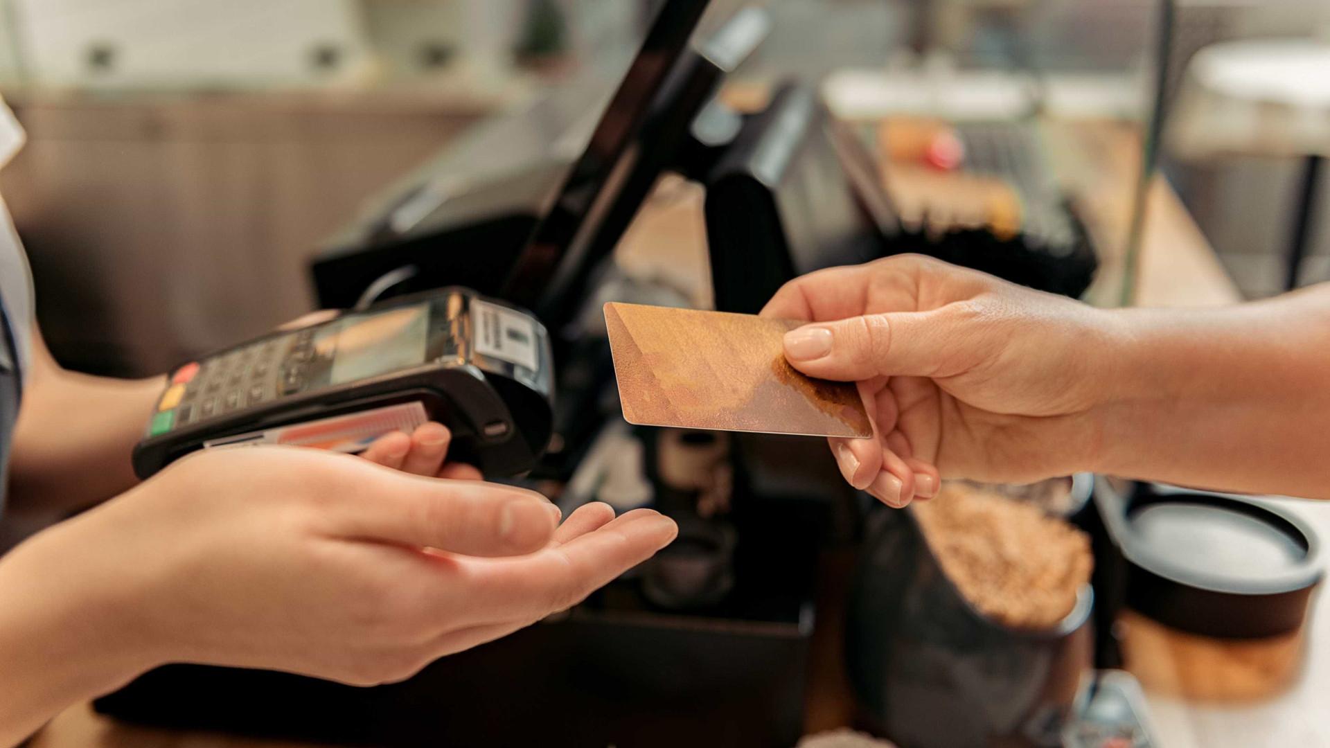 Tenta pagar em restaurante com cartão roubado à própria funcionária