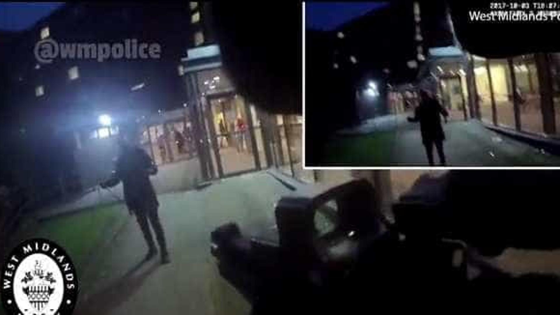 Vídeo mostra homem com duas facas a avançar sobre polícias armados