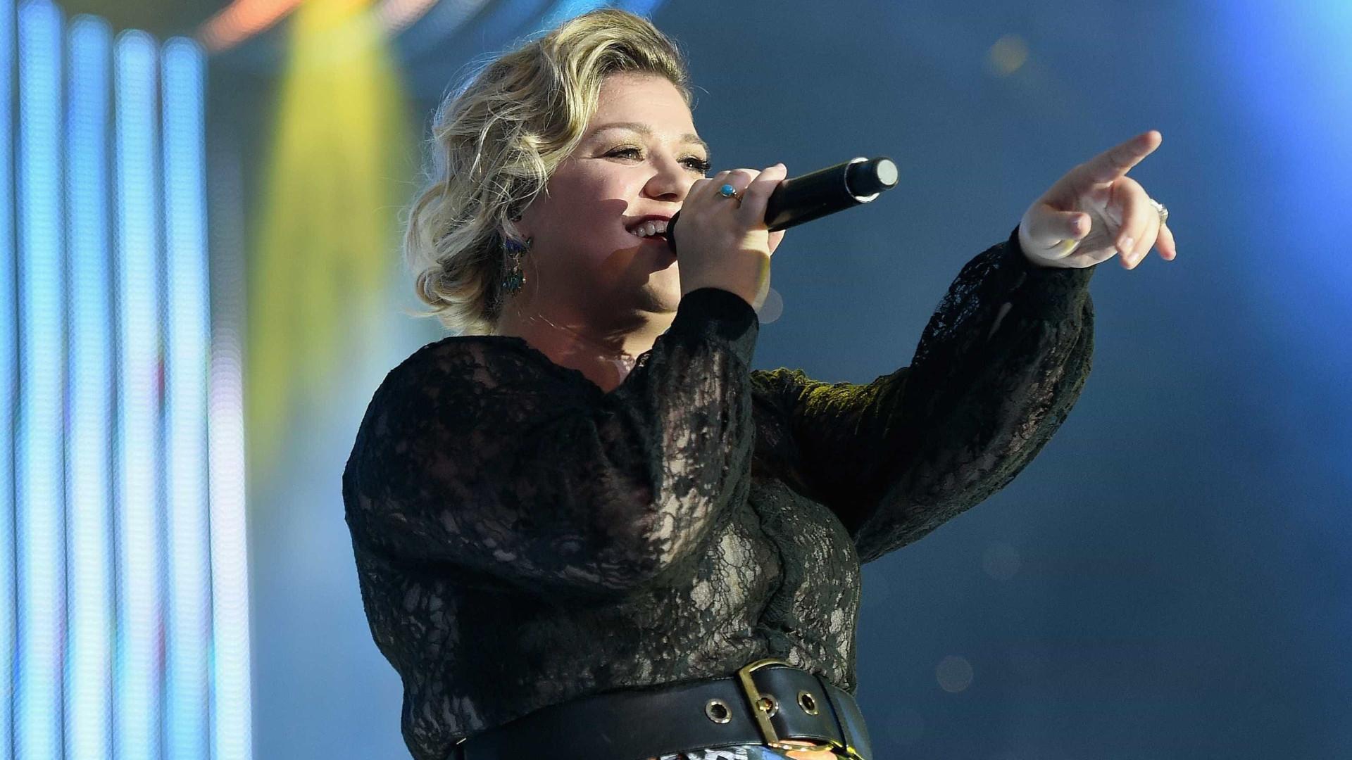 """Kelly Clarkson """"não se sentia sexualmente atraída por ninguém"""""""