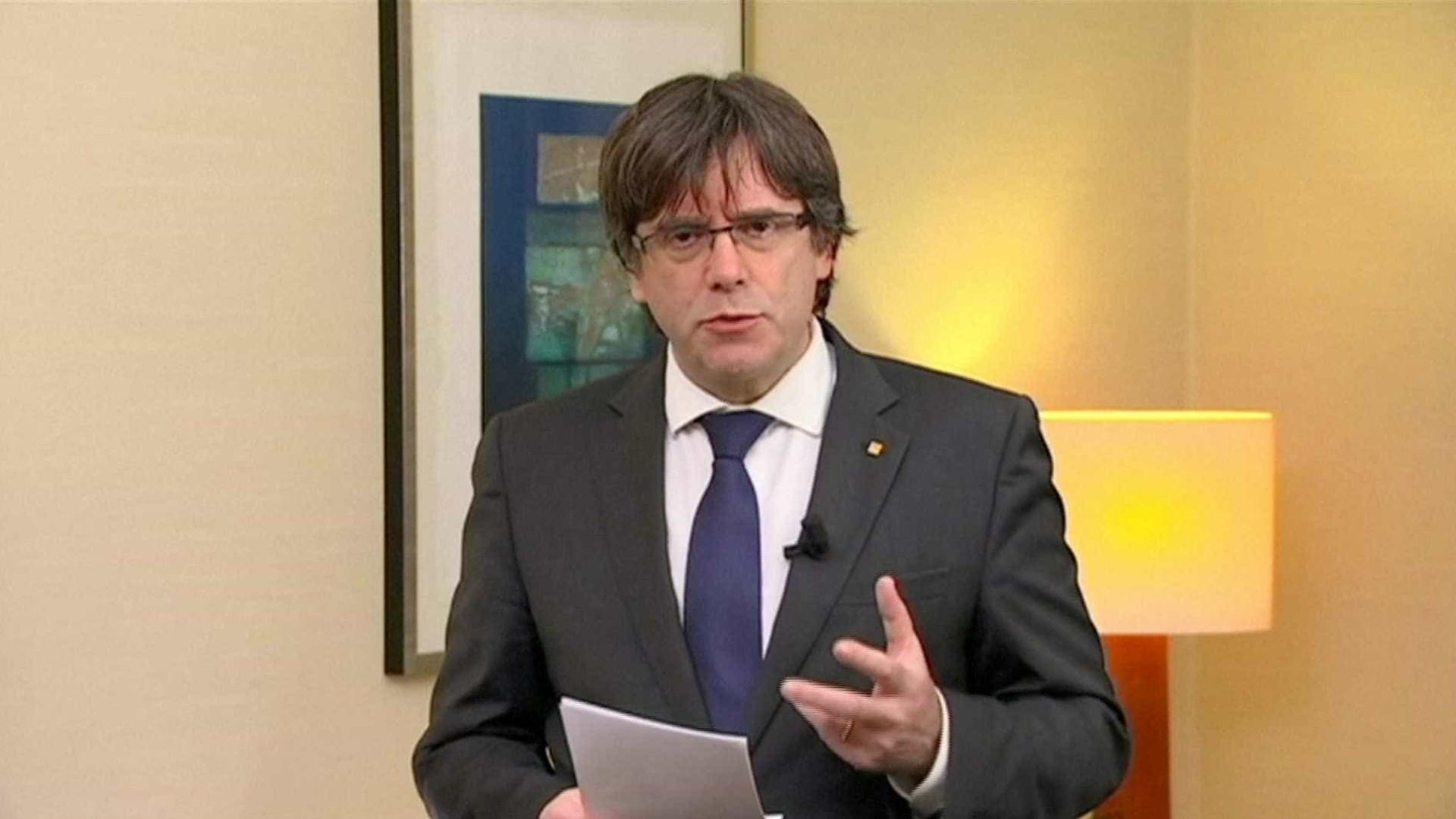 Puigdemont questiona Juncker e deixa apelo à Europa