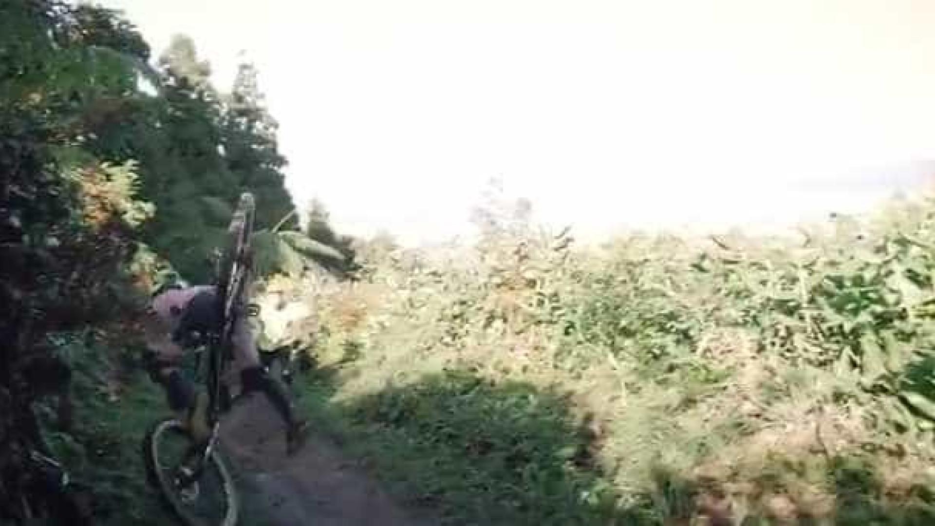 Surfista português protagoniza assustadora queda de bicicleta nos Açores