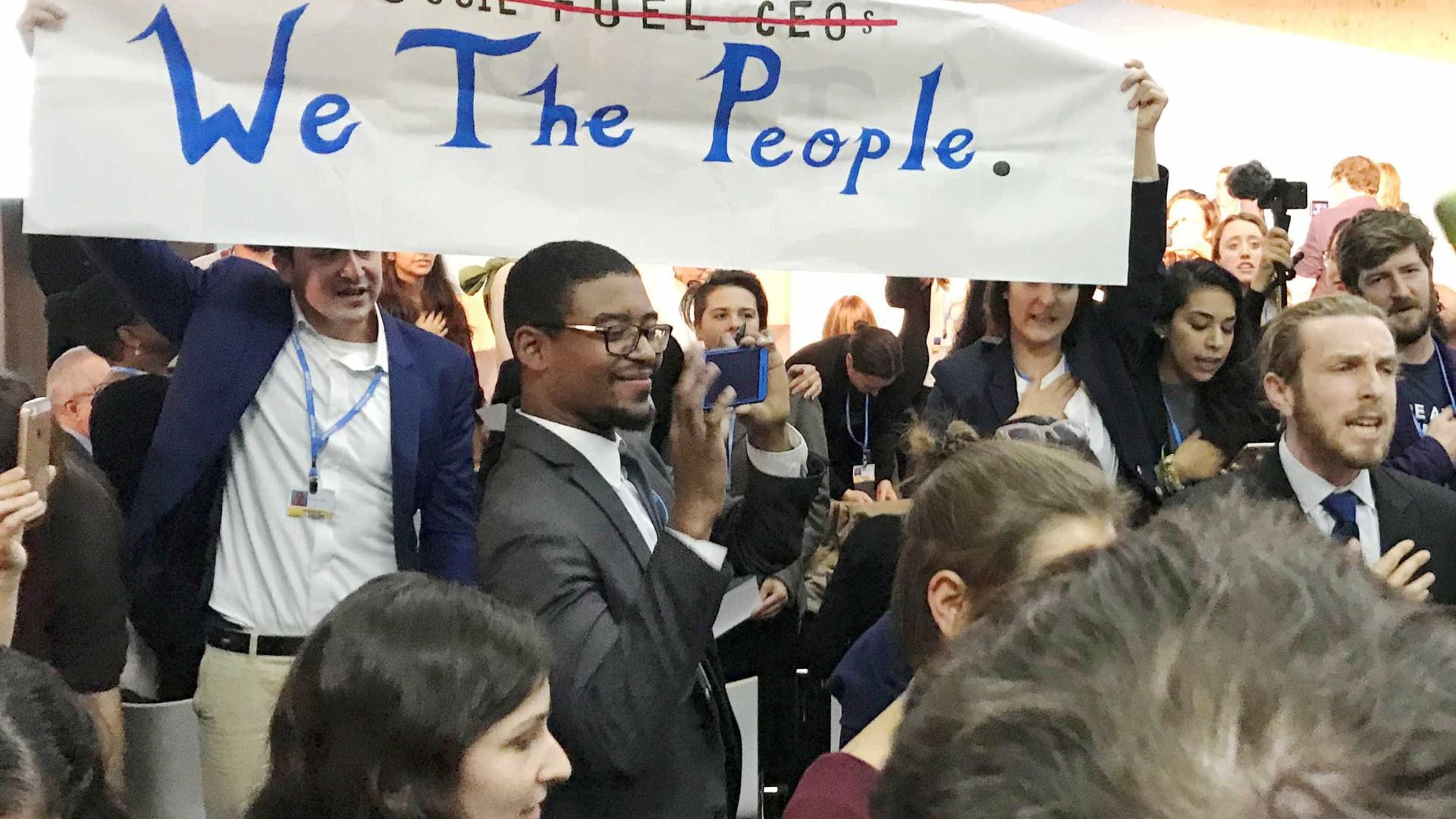 Protestos interrompem evento norte-americano na Conferência do Clima