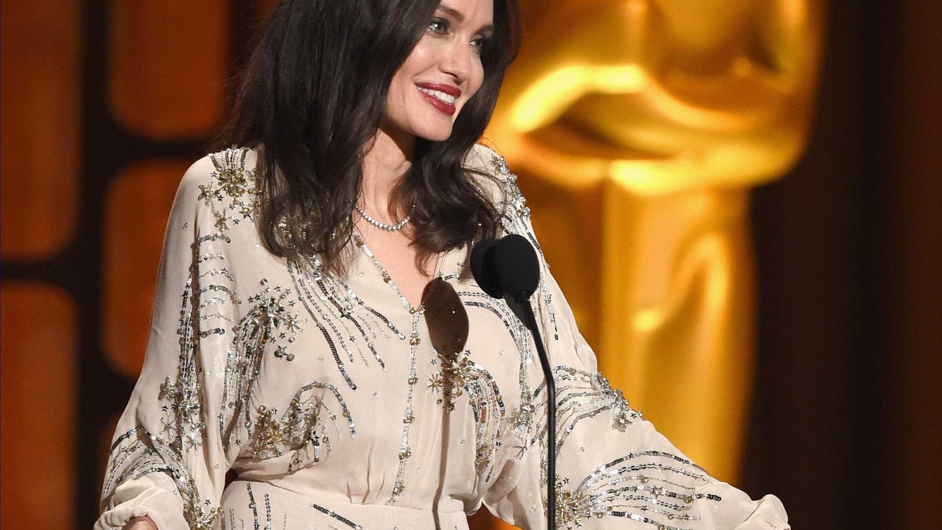 Entre fotos e autógrafos, Angelina Jolie não se esquece dos fãs