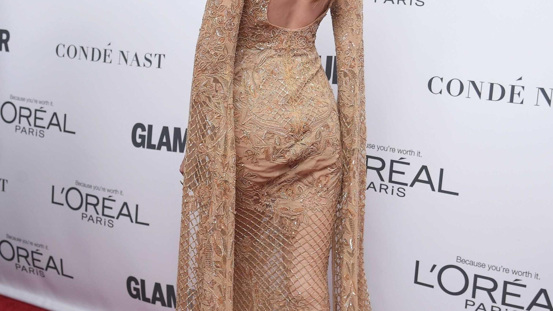 Traída pelo vestido, Gigi Hadid quase que cai
