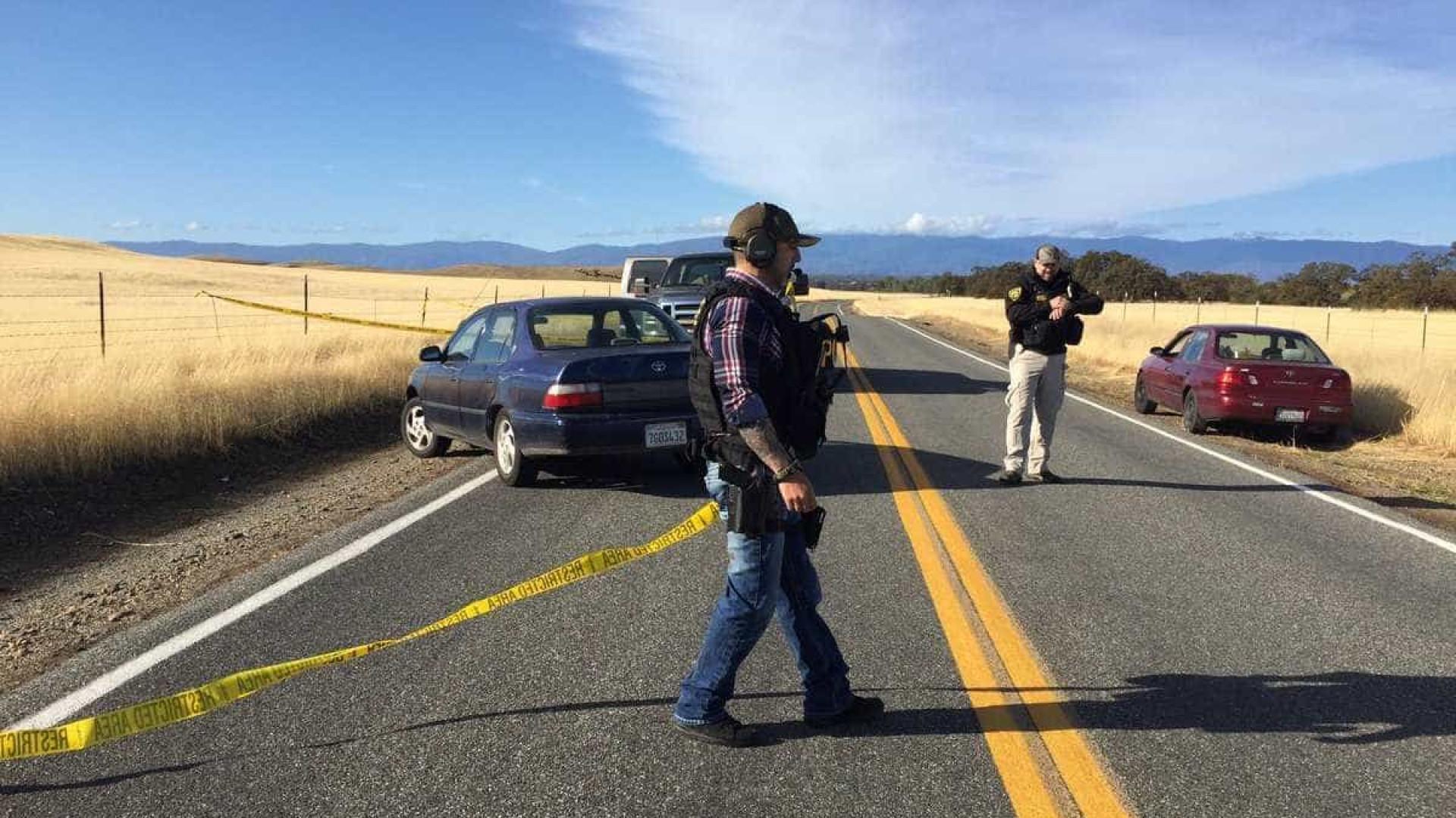 Atirador mata três pessoas num rancho e dispara sobre escola nos EUA