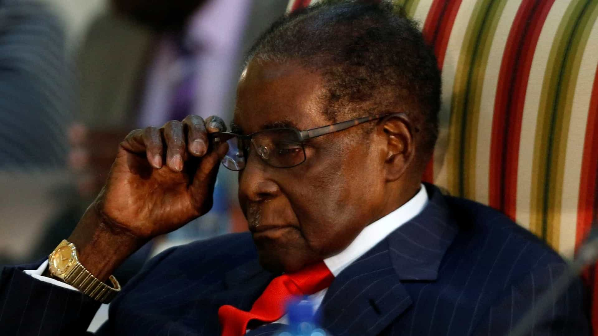 Robert Mugabe visto em público pela primeira vez após golpe militar