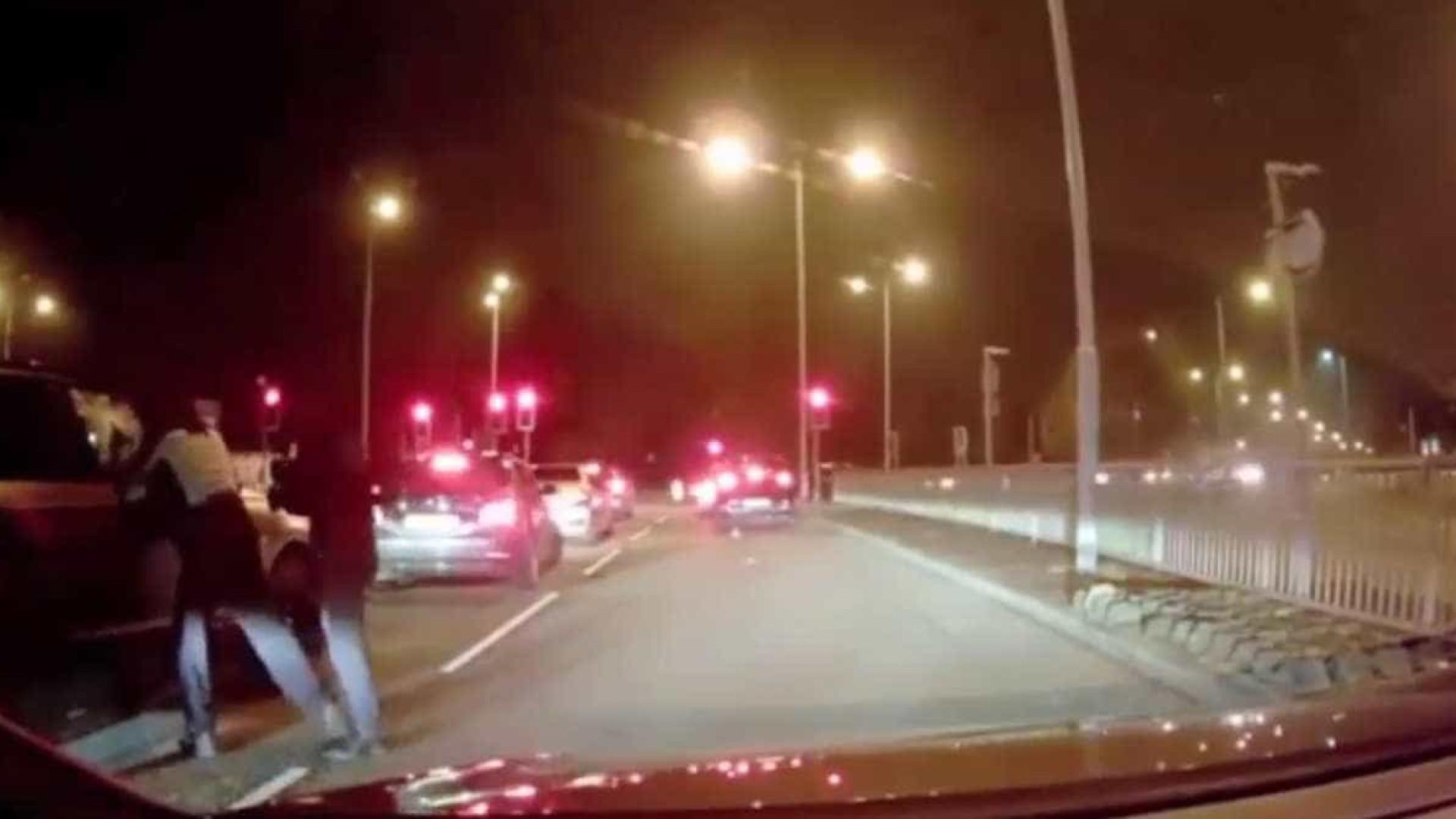 Homens encapuzados tentam assaltar carro, mas encontram mãe resistente