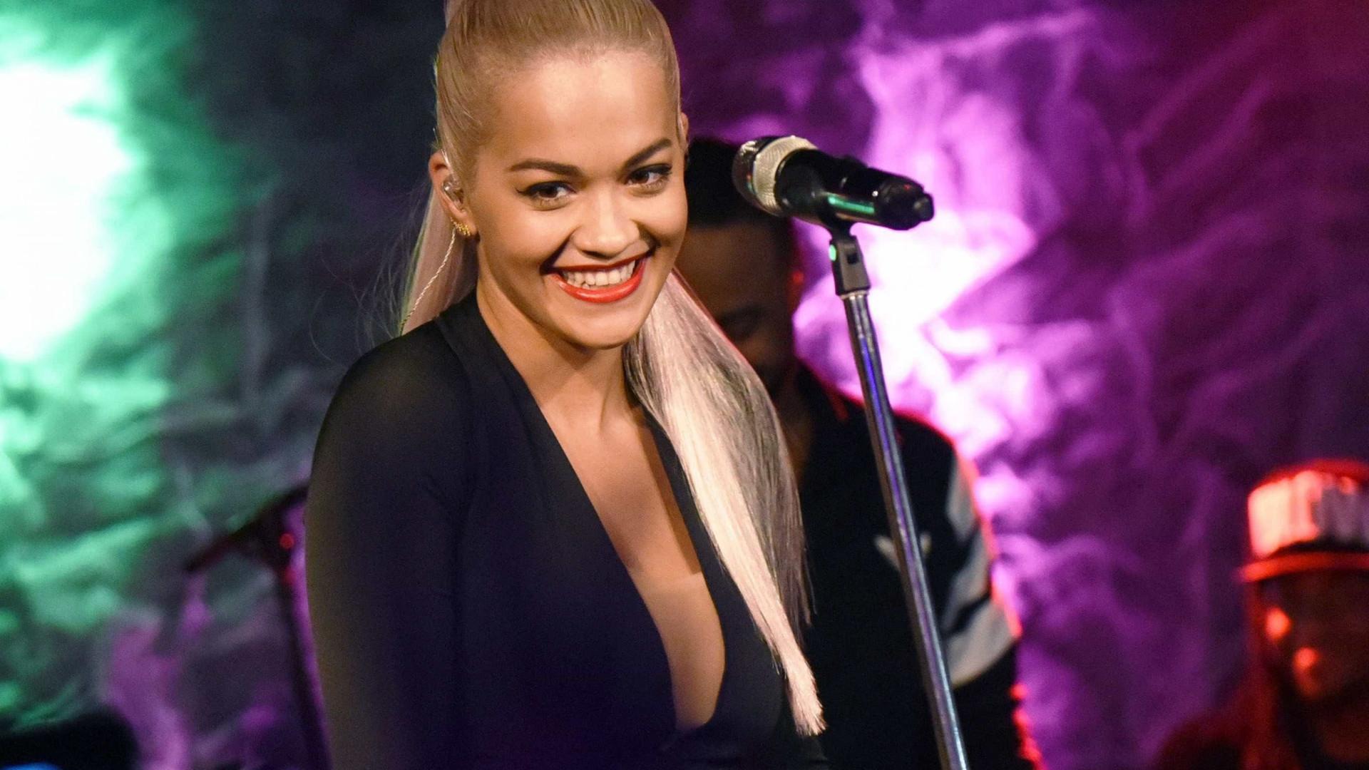 Rita Ora aposta em look sensual com decote ousado