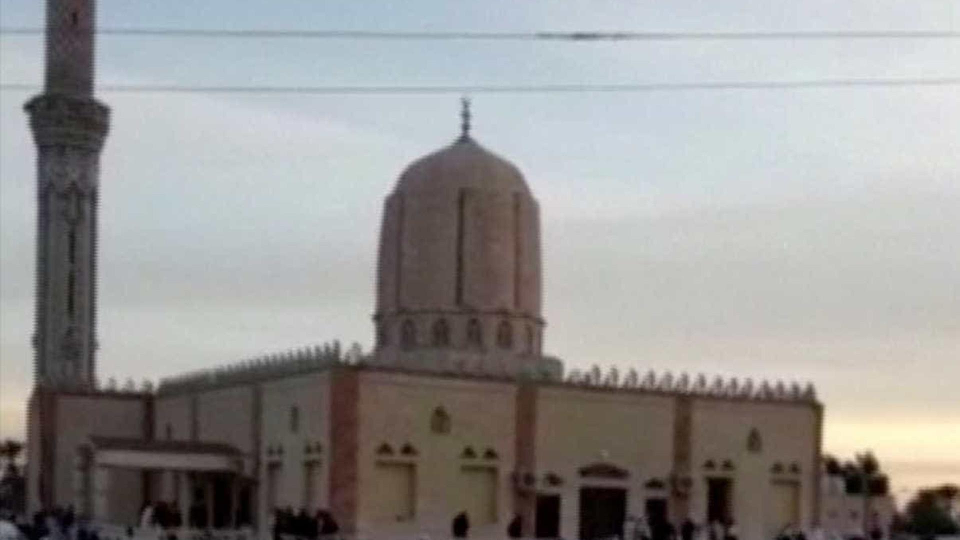 Vítimas mortais em ataque contra mesquita sobem para 270
