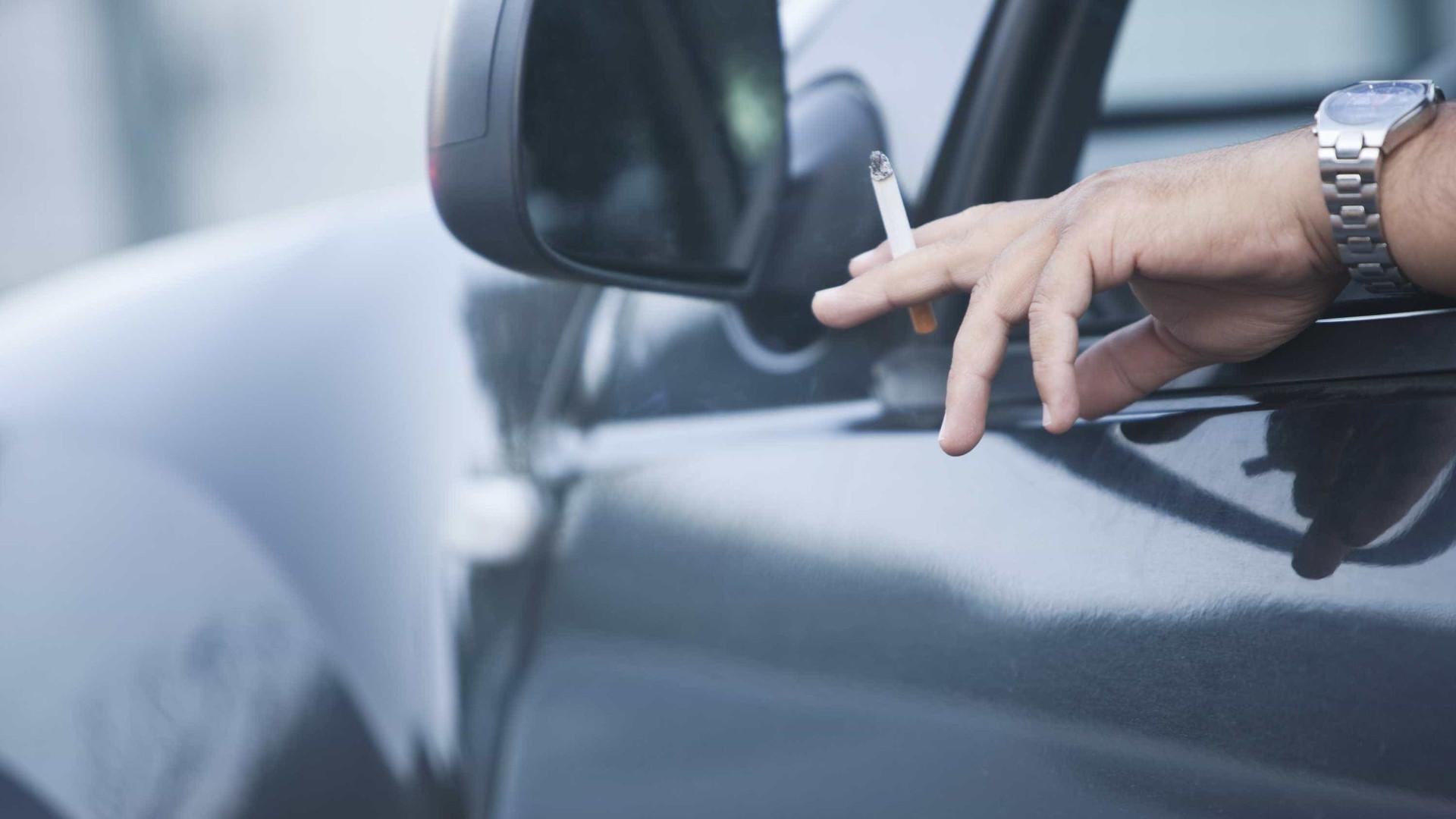 Mais de metade dos condutores fuma dentro do carro